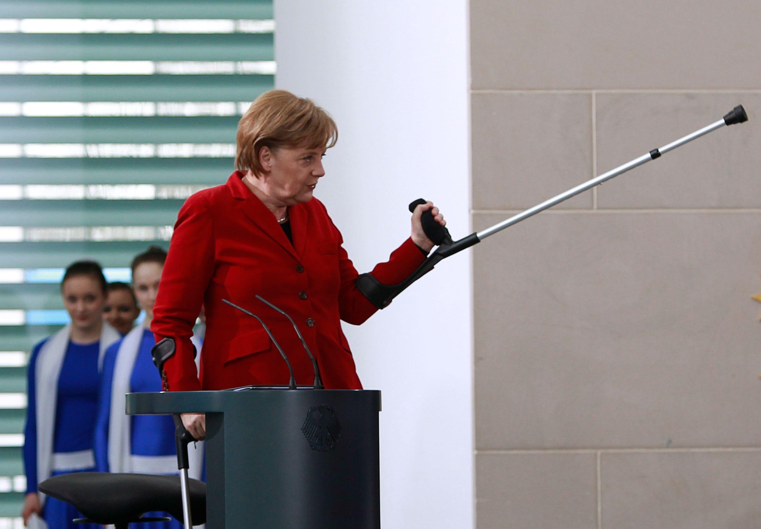 La chancelière allemande Angela Merkel avec des béquilles lors d'une réception à la Chancellerie à Berlin.