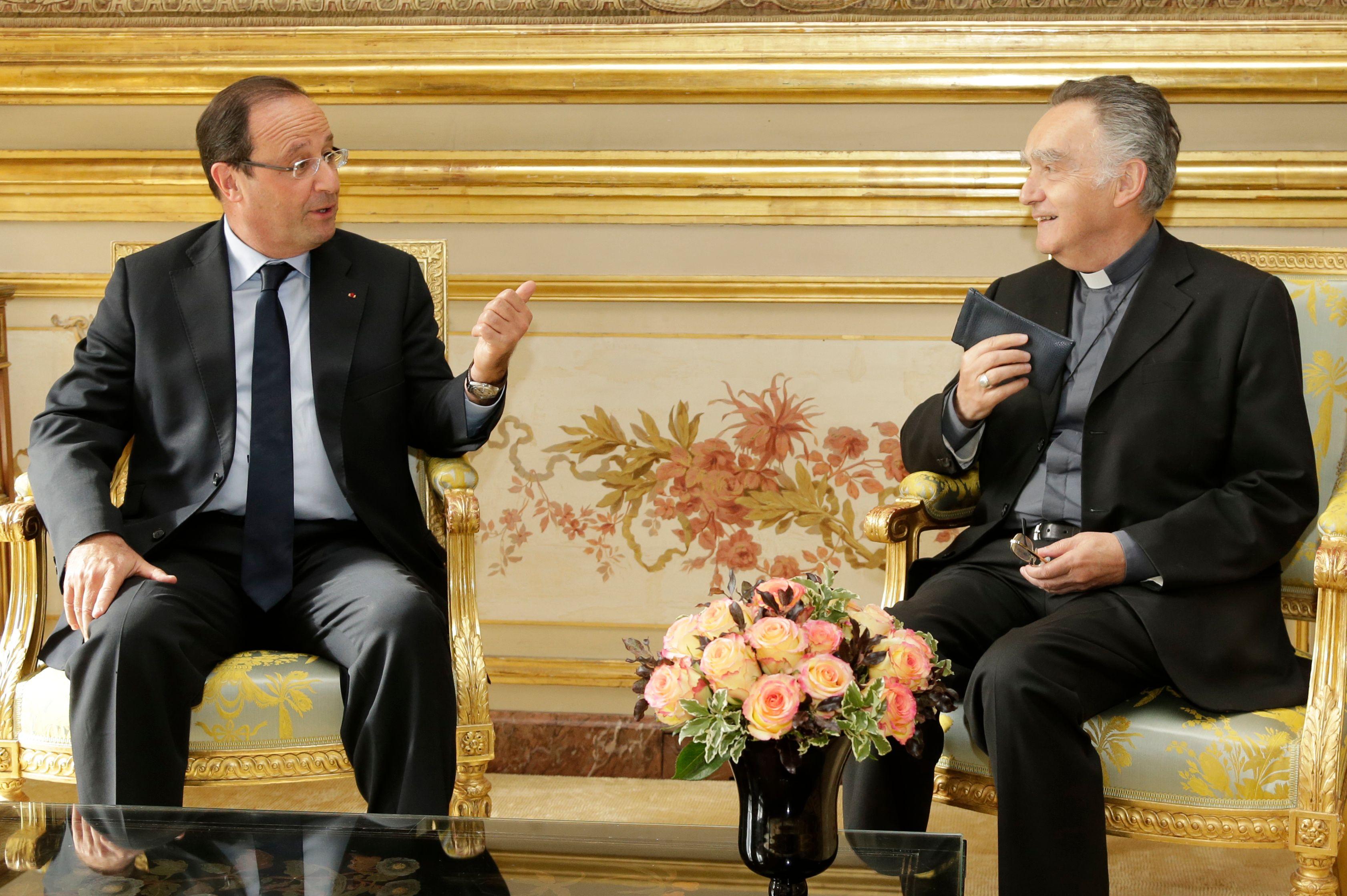 Le président François Hollande en conversation avec Mgr Georges Pontier, président de la Conférence des évêques de France, avant une réunion à l'Elysée à Paris le 7 Octobre 2013.