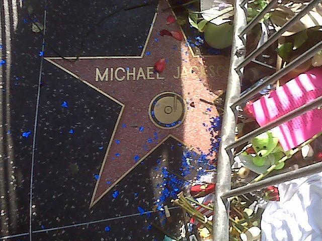 Les zones d'ombre ne sont pas près de s'éclaircir autour de la mort de Michael Jackson.
