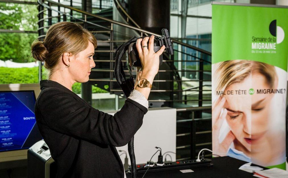 Une personne expérimente un simulateur de migraine lors d'une conférence de presse à l'occasion de la Migraine Awareness Week, le 19 mai 2016,Nathali à Bruxelles.