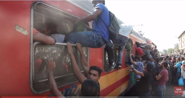 Des migrants arrivant en Macédoine après avoir traversé la frontière grecque.