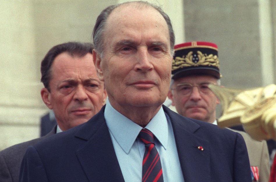 Une photographie prise le 08 mai 1990 à l'Arc de Triomphe à Paris, du président François Mitterrand se tenant devant le Premier ministre Michel Rocard alors qu'il préside la cérémonie commémorant la victoire de 1945.