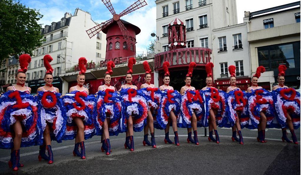 Des danseuses du cabaret du Moulin Rouge, en tenue de French cancan, posent pour les photographes, le 17 mai 2021 à Paris, pour annoncer la réouverture du cabaret le 10 septembre prochain.