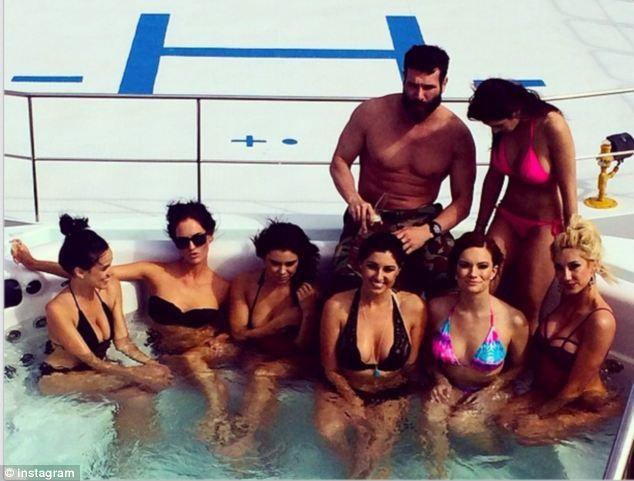 Dan Bilzerian est toujours entouré de jolies femmes