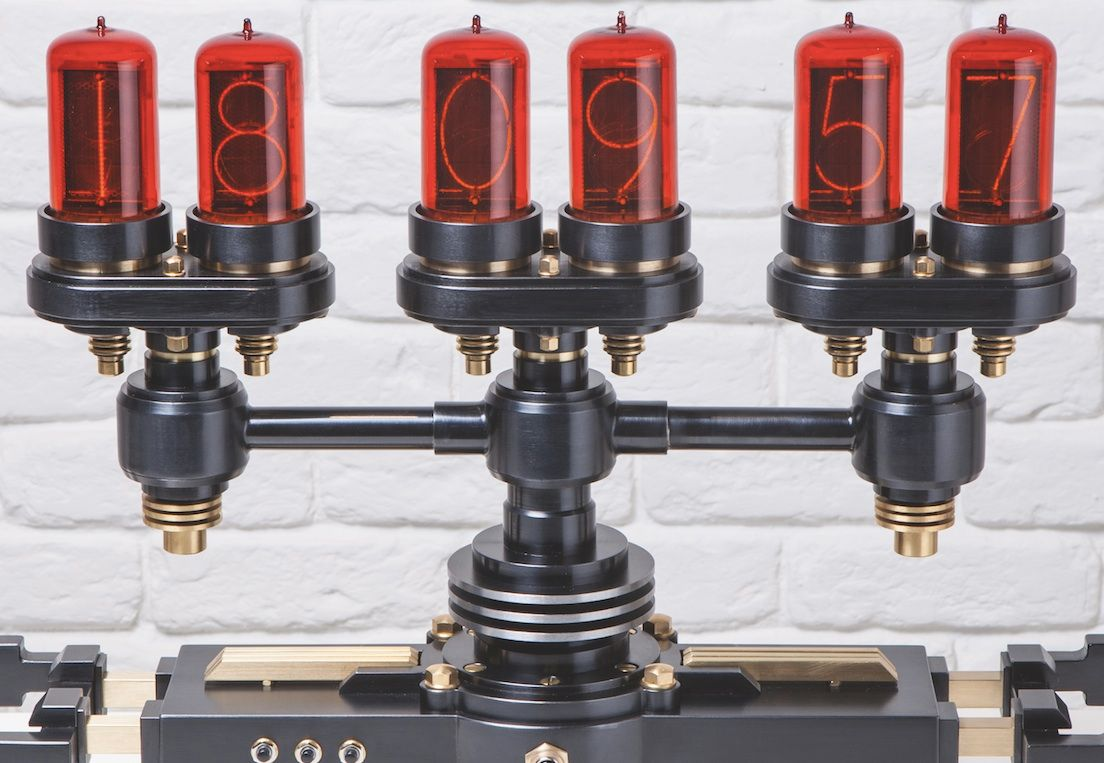Six ampoules Nixie retrouvées dans un stock bulgare hérité de l'ex-Allemagne de l'Est : des heures, des minutes et des secondes rétro-futuristes pur illuminer le temps qui passe