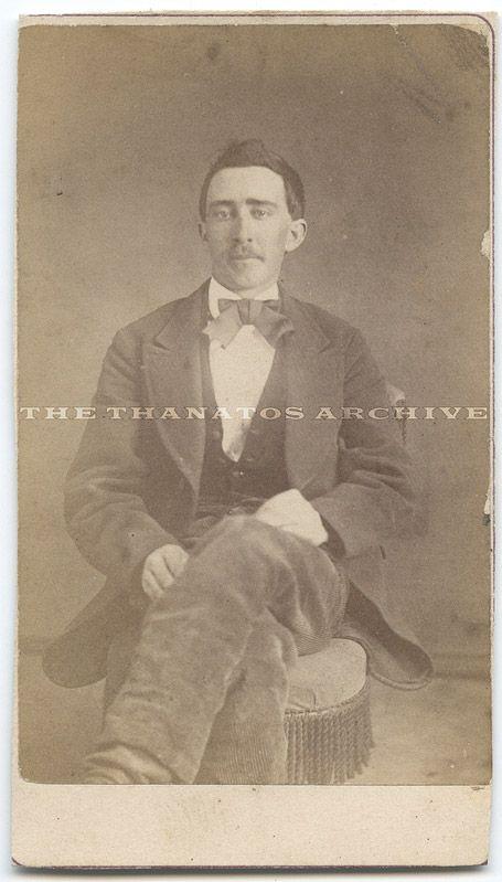 Cette photo datant de 1870 serait la preuve qu Nicolas Cage est un vampire.