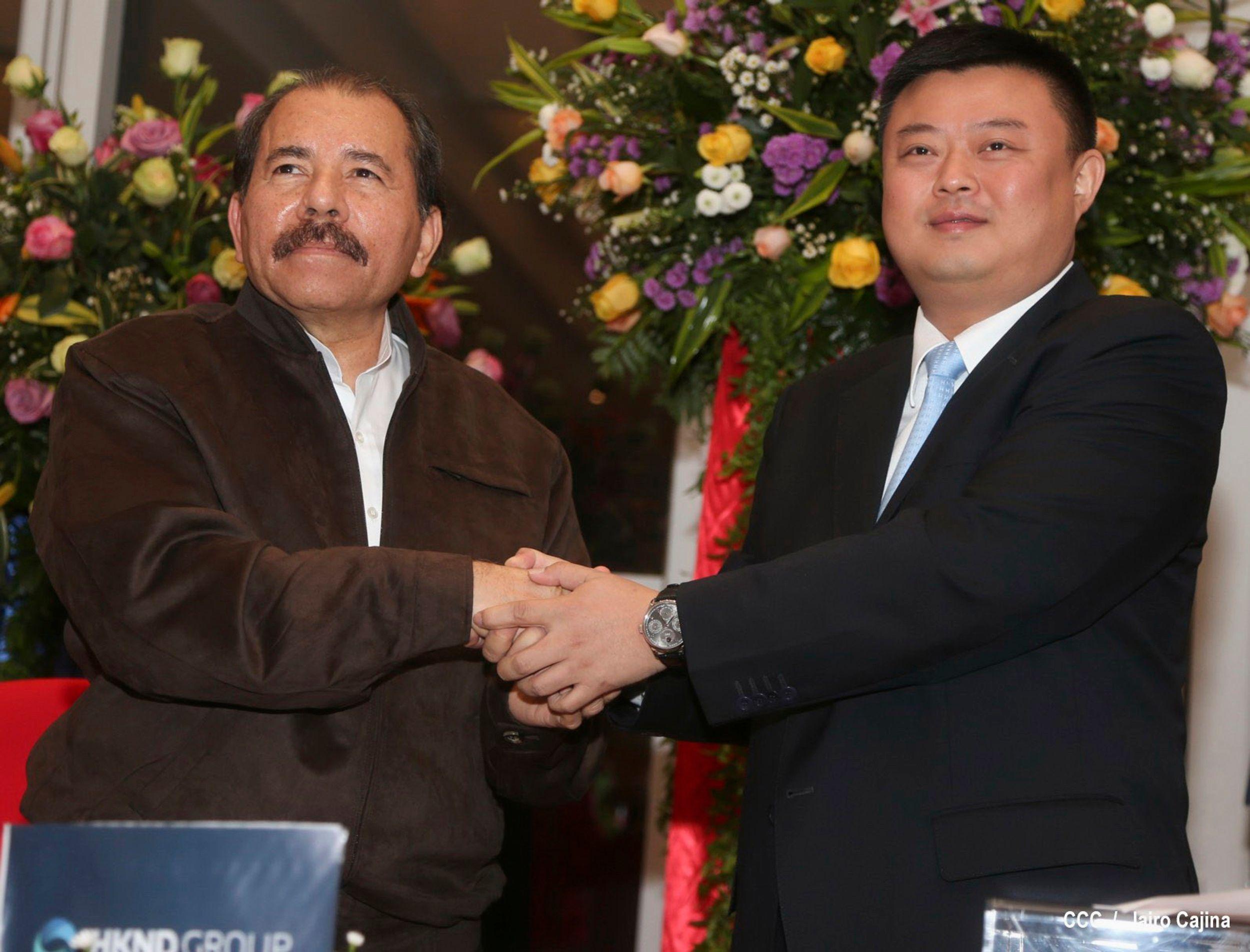 Le président du Nicaragua Daniel Ortega (G) serre la main de Wang Jing, président de l'Kong société internationale Nicaragua Canal Development Investment Co. Hong (HKND Groupe) après la signature d'un contrat de concession pour la construction d'un canal