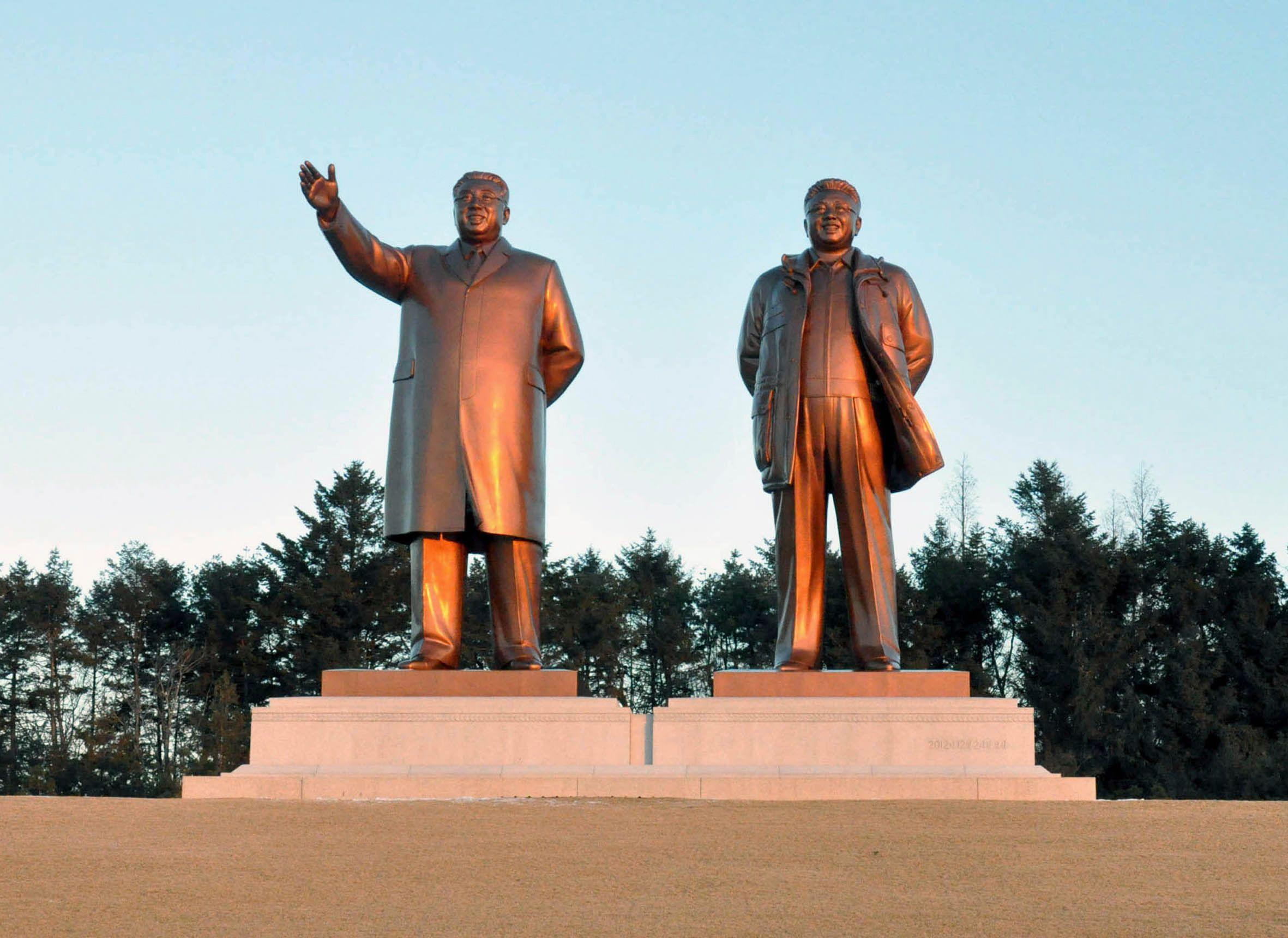 Deux statues des anciens dirigeants nord-coréens, Kim Il-sung et Kim Jong-Il, photographiées par l'agence officielle du régime KCNA.