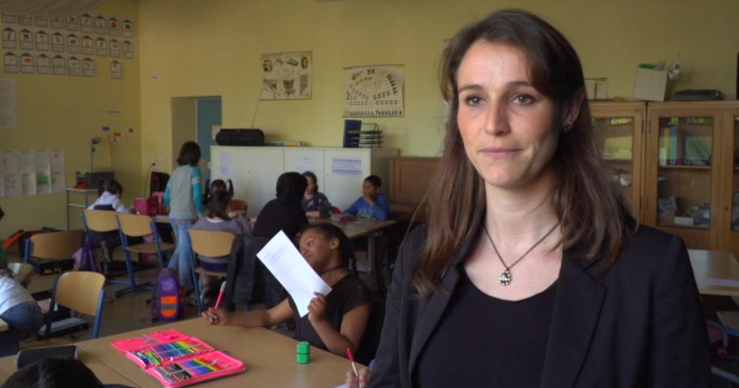 """Svenja Beyer, enseignante à """"l'école d'intégration"""" locale, où les enfants de migrants apprennent l'allemand, assure que tout va bien... même si parfois il y a des bagarres entre groupes ethniques."""
