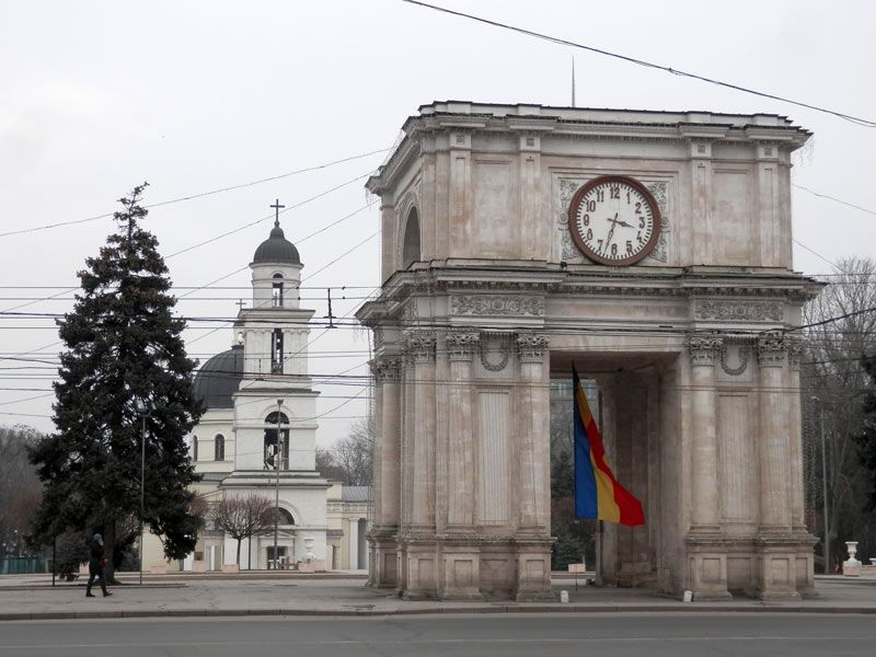 L'Arc de triomphe et la cathédrale de Chisinau.