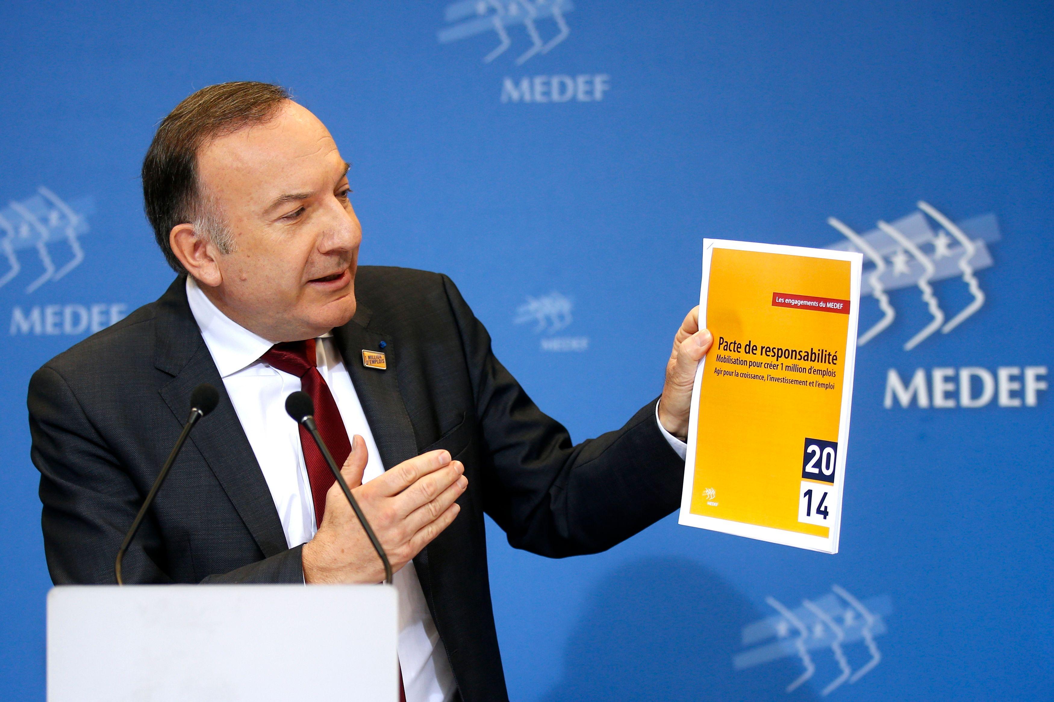 """Le président du MEDEF Pierre Gattaz présente le """"Pacte de responsabilité"""" lors d'une coférence."""