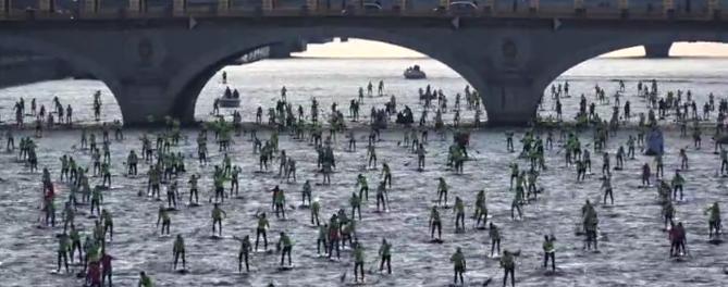 Course de stand-up paddle sur la Seine
