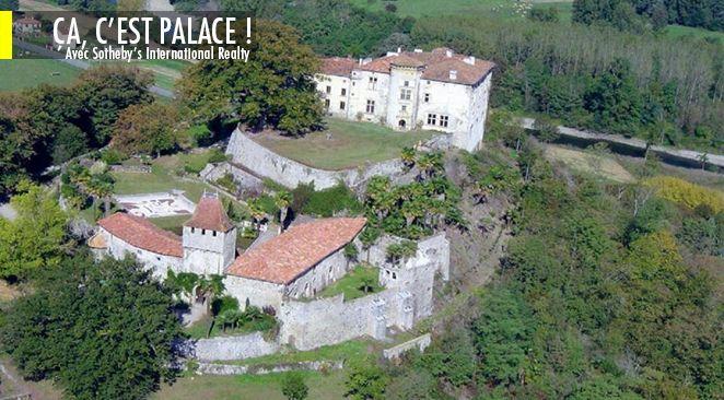 Nichée au sommet d'une motte : une citadelle médiévale défensive .