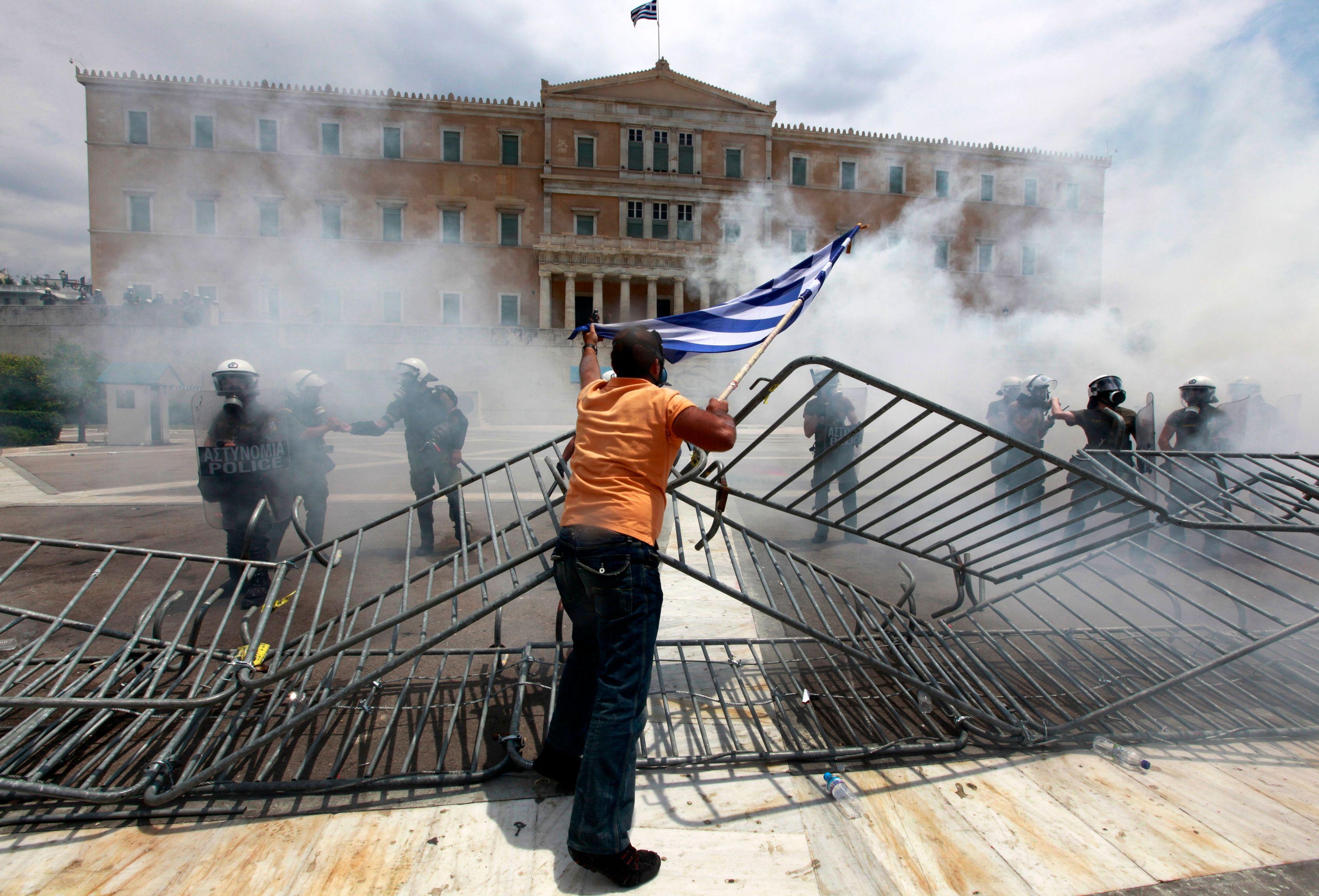 Les manifestants devant le Parlement à Athènes, mercredi 29 juin 2011.