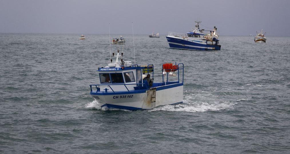 Les bateaux de pêche français manifestent au large de l'île britannique de Jersey pour attirer l'attention sur ce qu'ils considèrent comme des restrictions injustes sur leur capacité à pêcher dans les eaux britanniques, le 6 mai 2021.