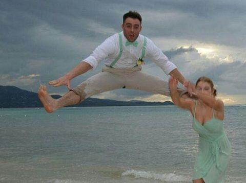 En publiant une photo du mariage de son cousin sur un réseau social, l'Américain Tyler Foster ne pensait sans doute pas qu'il deviendrait la risée d'Internet.
