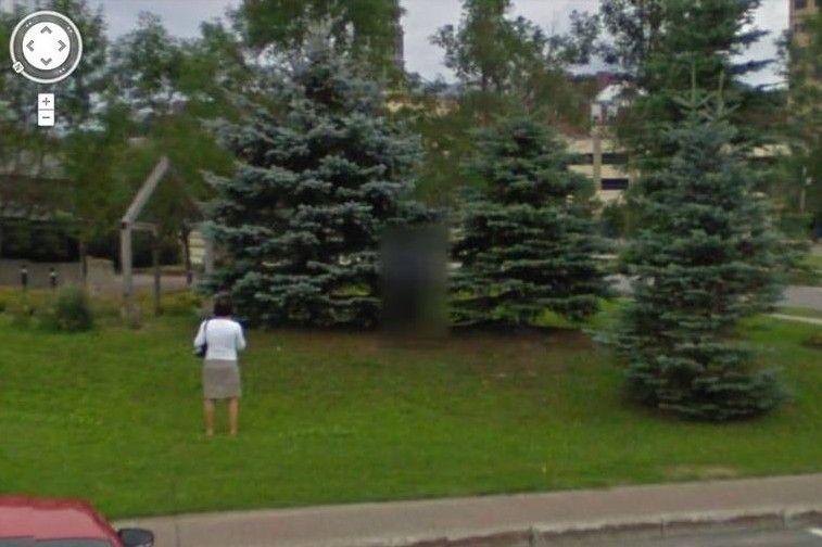 Cette prise de vue a été effectuée automatiquement, à l'aide d'un véhicule muni d'un mât à caméra rotative, souvent utilisé par Google.