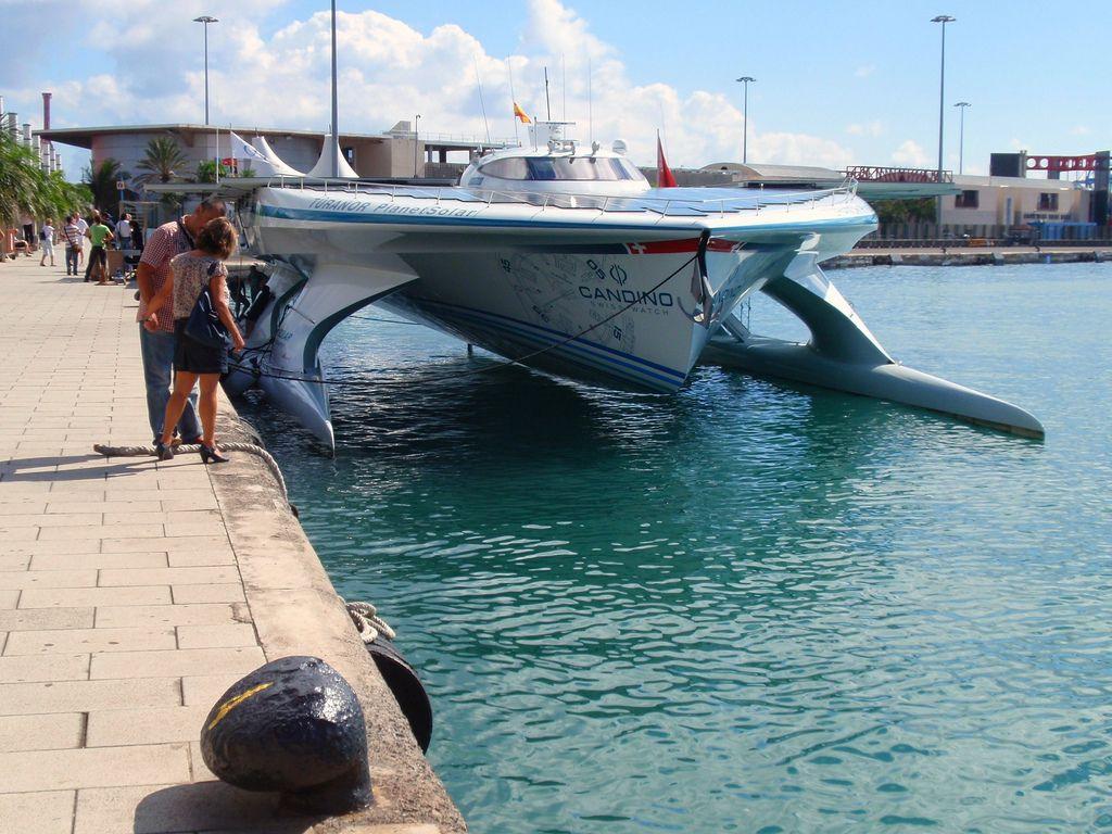 Le Planet Solar, un catamaran réussit l'exploit d'un tour du monde à l'énergie solaire