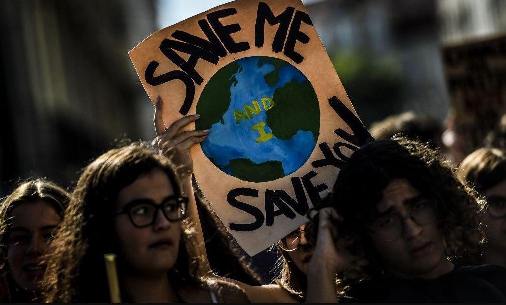 Des jeunes manifestants lors d'une marche pour le climat.