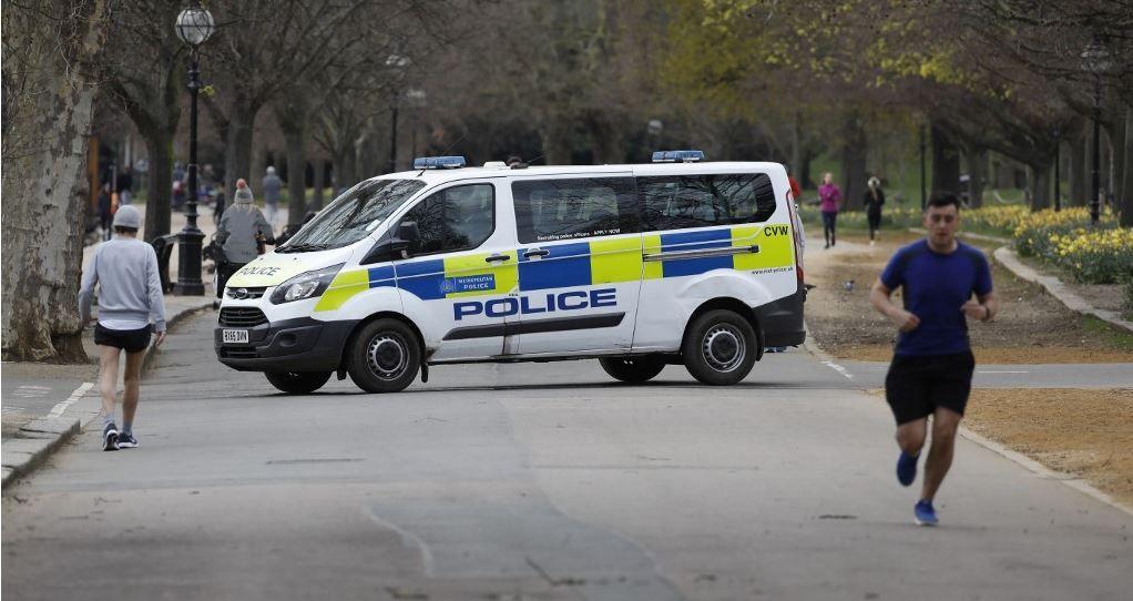 Un fourgon de police à Hyde Park à Londres, le 28 mars 2020.