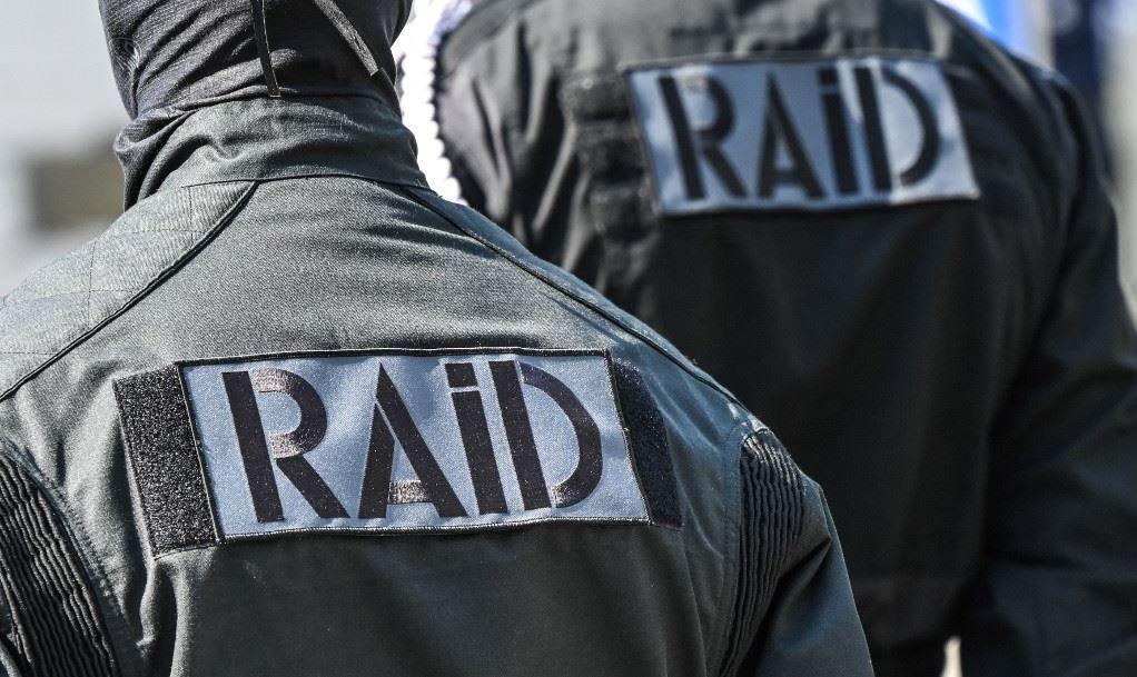 Des membres de l'unité tactique de la police nationale française, RAID, montent la garde alors qu'ils assistent à une cérémonie d'hommage à Stéphanie Monfermé, le 30 avril 2021.