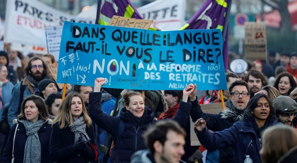 Des manifestants participent à une mobilisation à Paris contre le projet du gouvernement français de réformer le système de retraite du pays, le 6 février 2020.