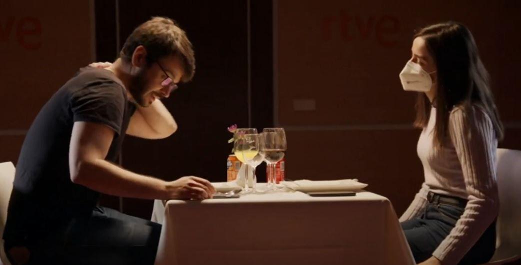 Afin d'illustrer les risques de contamination par aérosols au Covid-19, la télévision espagnole RTVE a réalisé une expérience en organisant un repas et en analysant les images.