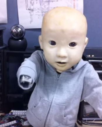 Au Japon, on fabrique des robots bébés pour donner envie à leurs acheteurs... d'avoir de vrais bébés