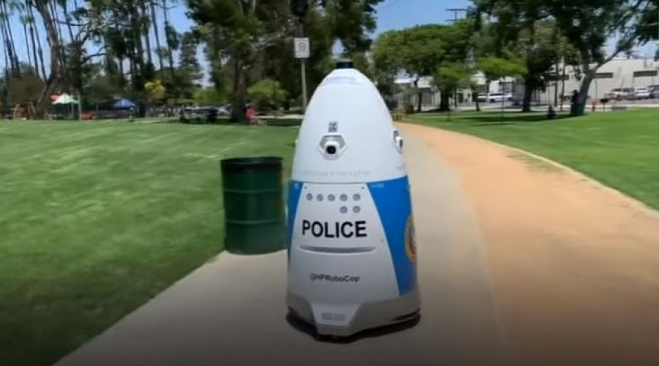 Un robot policier patrouille dans les rues de Huntington Park en Californie