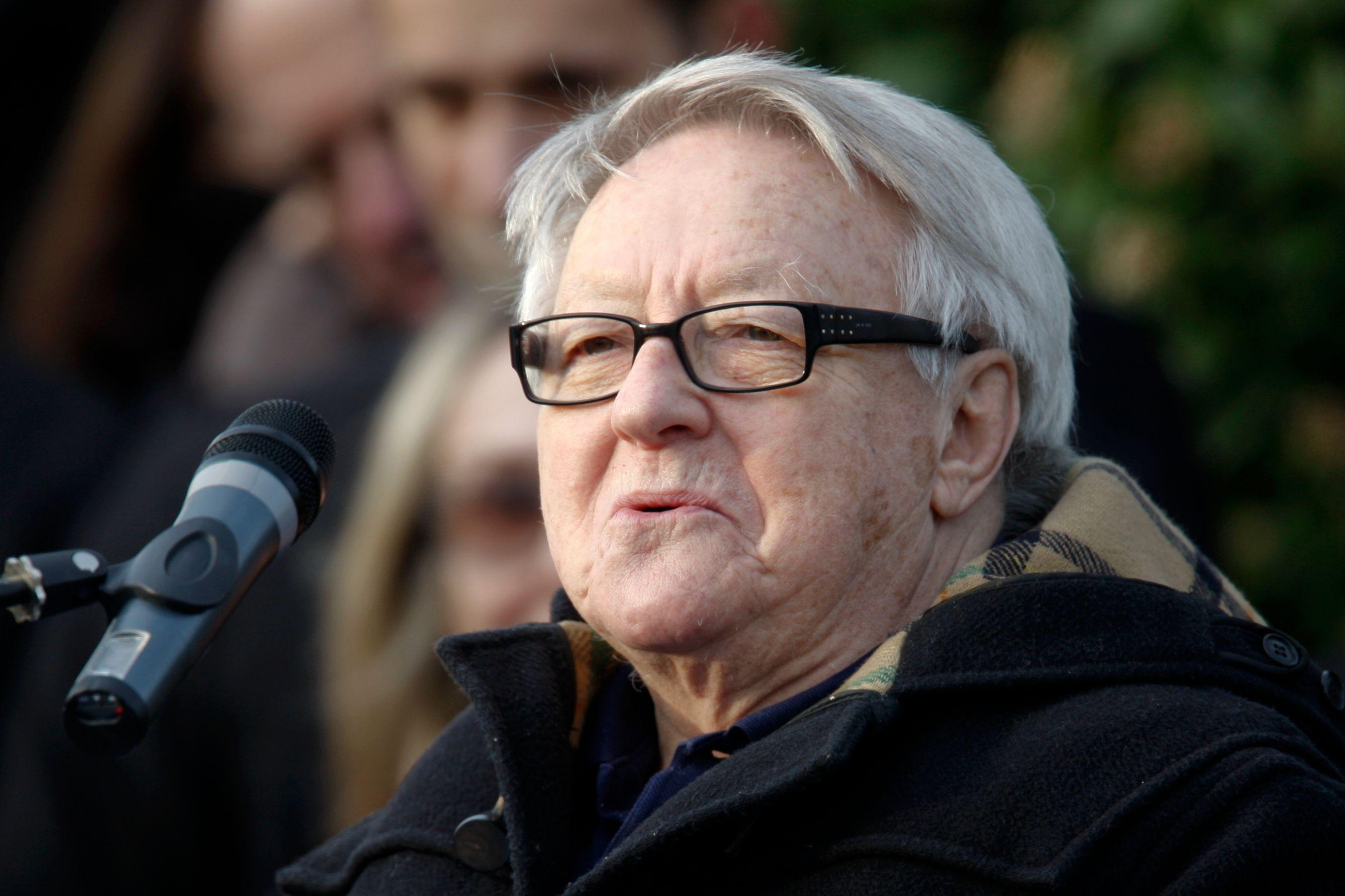 L'acteur Roger Dumas prononce un discours lors des obsèques du réalisateur Claude Berri au cimetière de Bagneux, près de Paris le 15 Janvier 2009.