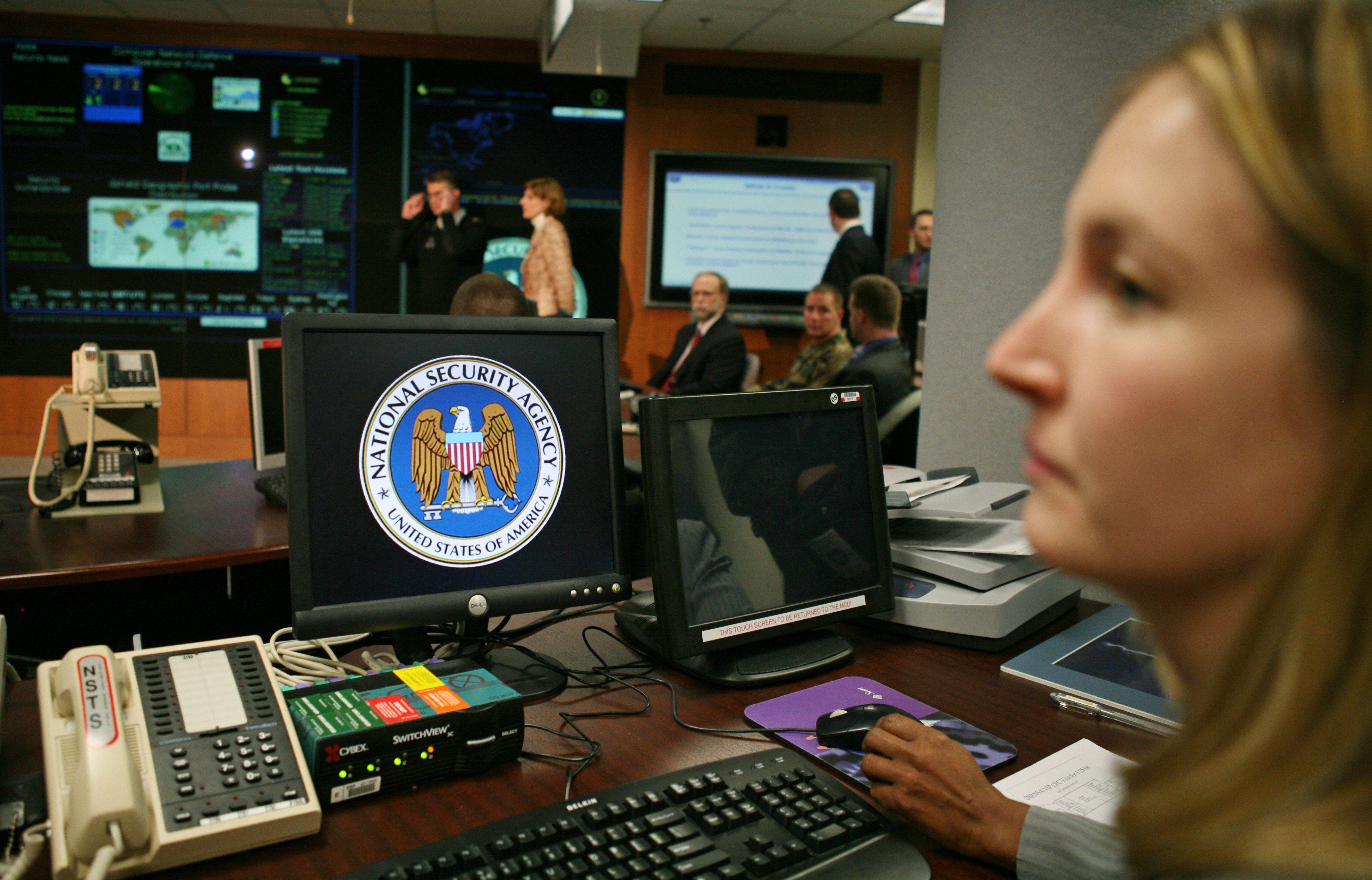 La National Security Agency (NSA), une des principales agences américaines de renseignement, espionne les communications téléphoniques et électroniques des citoyens américains.
