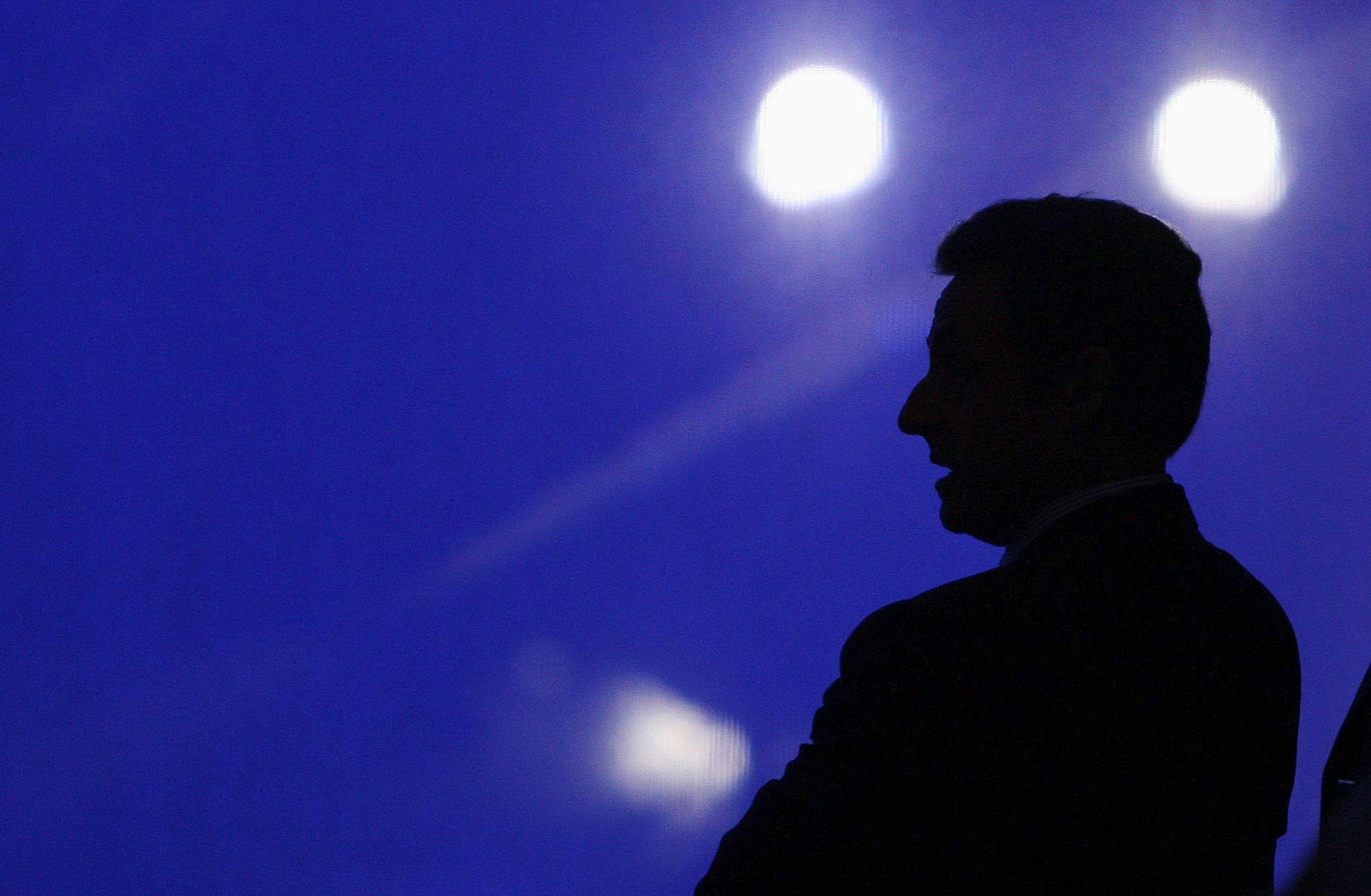 Mezzo voce : comment (et pourquoi) Nicolas Sarkozy tente de se faire oublier