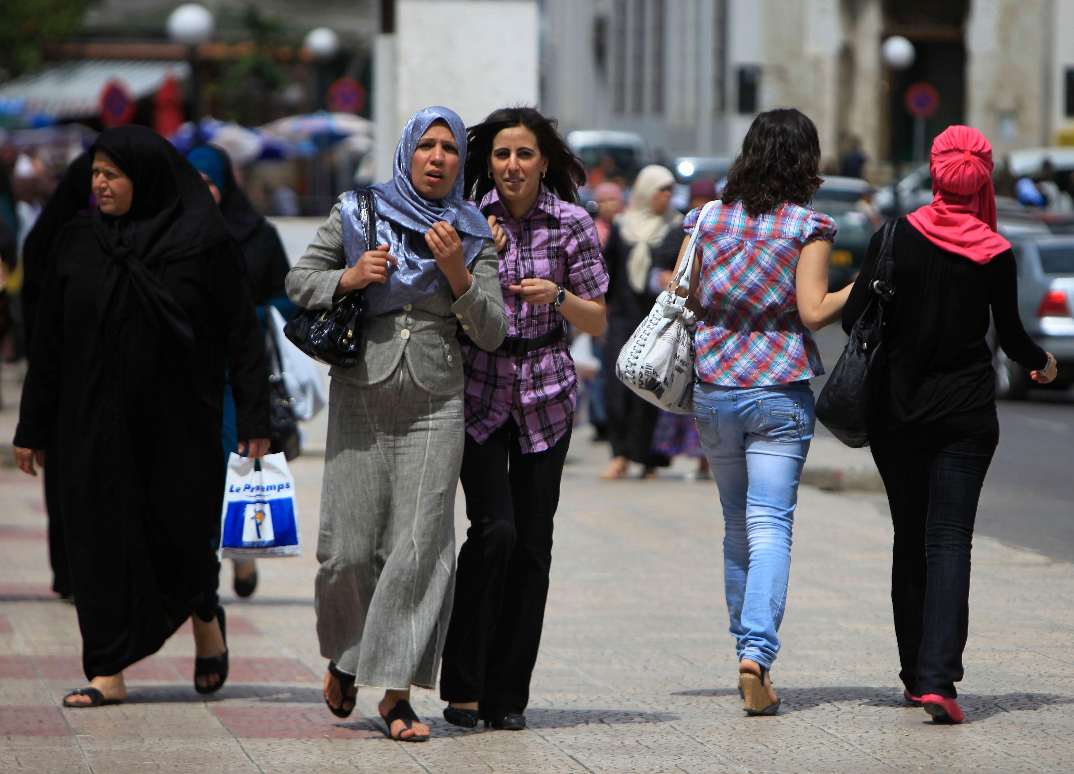 """Chahdortt Djavann : """"Voiler les adolescentes et les femmes était un préalable indispensable pour amorcer la réislamisation massive de la jeunesse issue de l'immigration musulmane"""""""