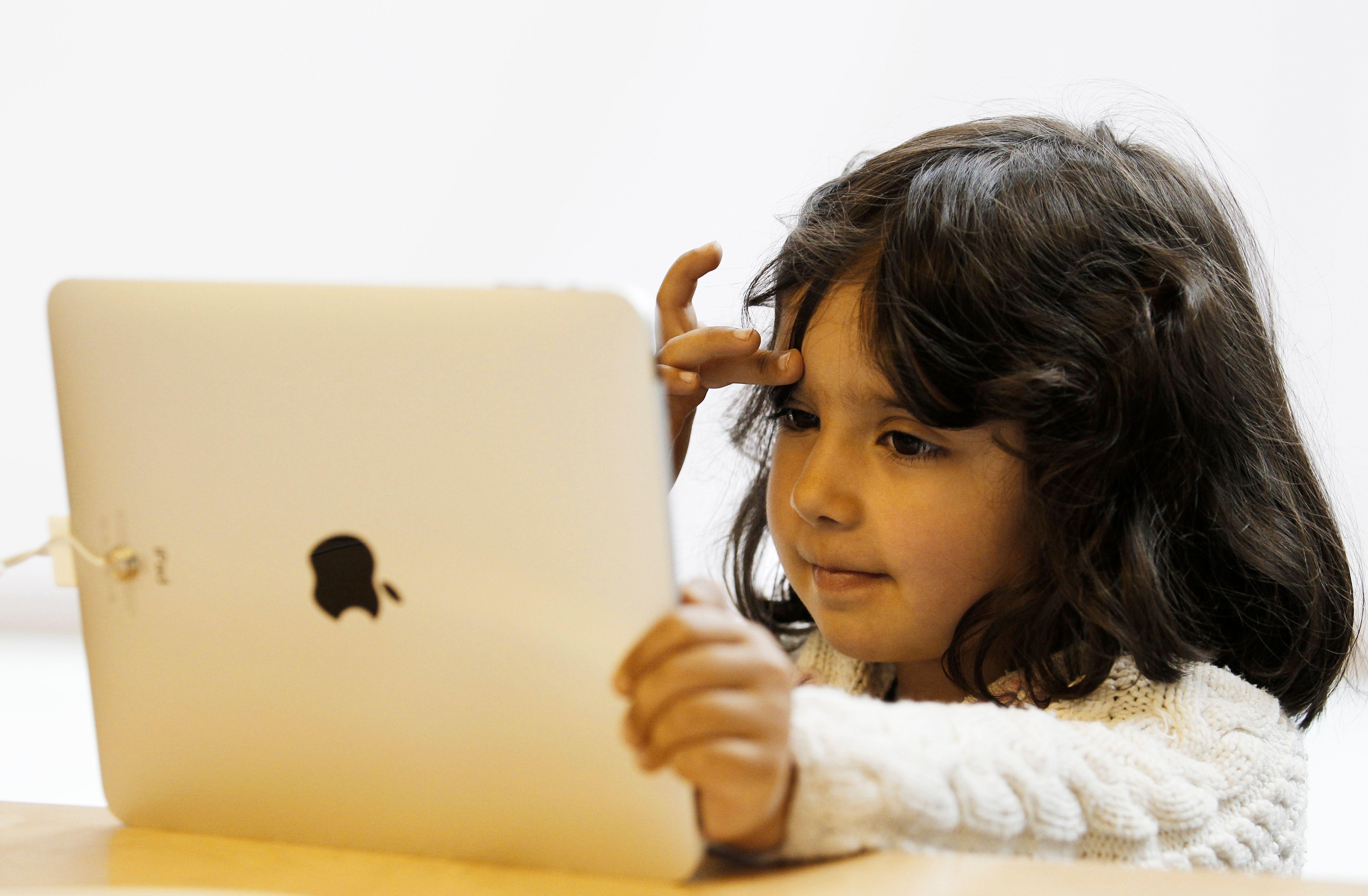 De nombreux pays ont commencé à équiper leurs écoles d'outils pédagogiques numériques.