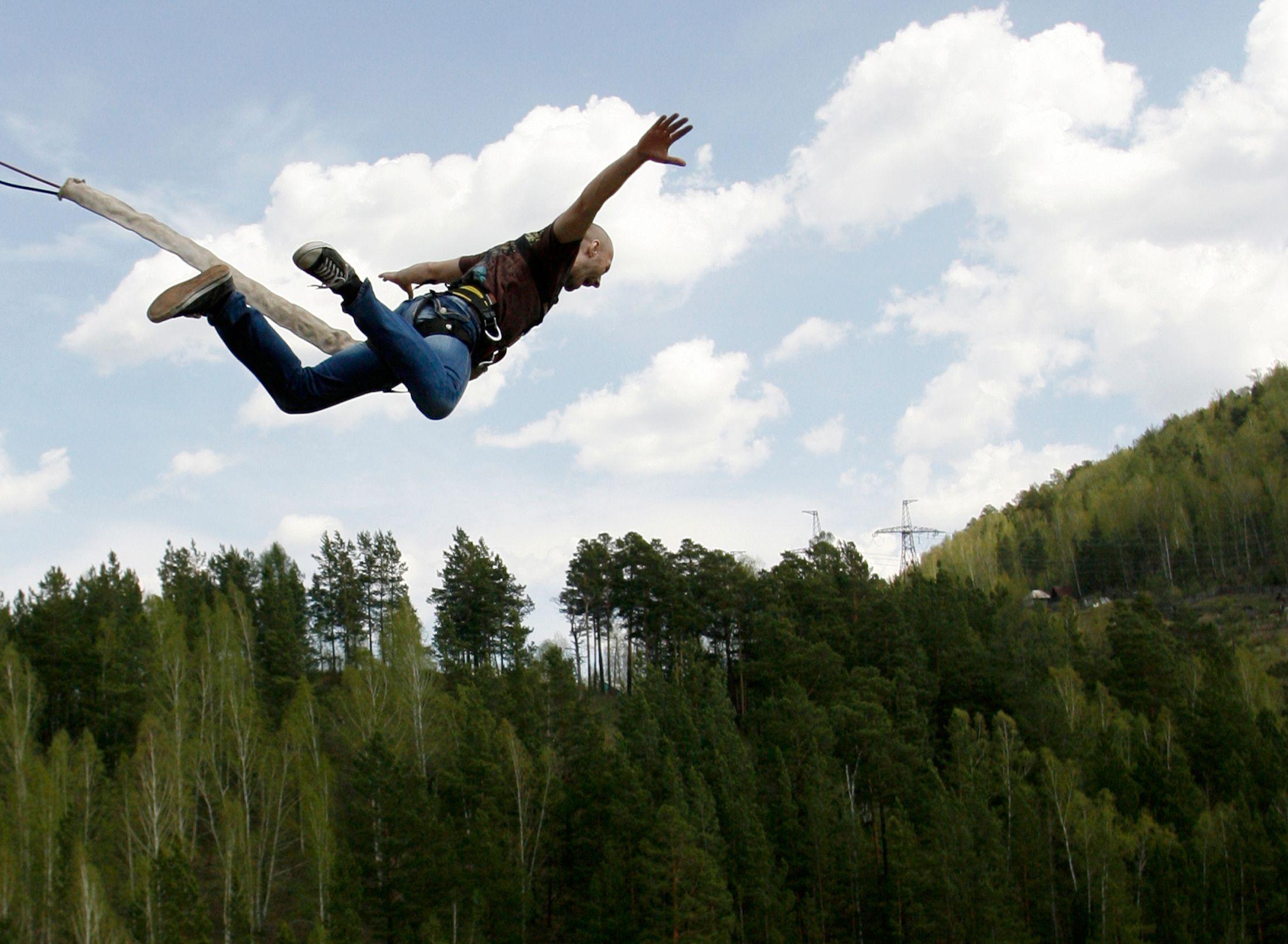 Faire du saut à l'élastique procure plus de bonheur que d'acheter une voiture.