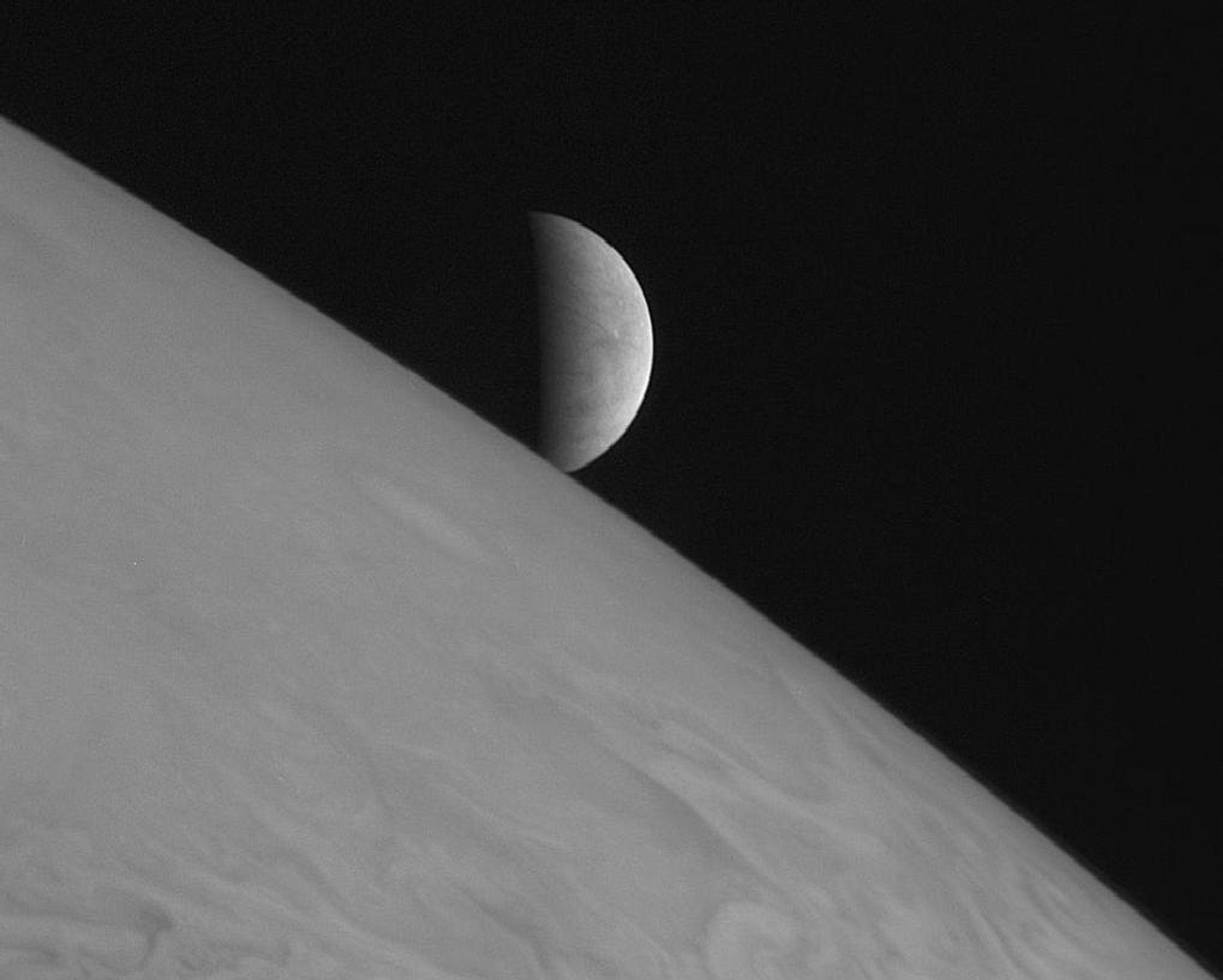 Europe, satellite de Jupiter, pourrait offrir un possibilité de vie extraterrestre bien plus foisonnante que la planète Mars qui monopolise l'attention
