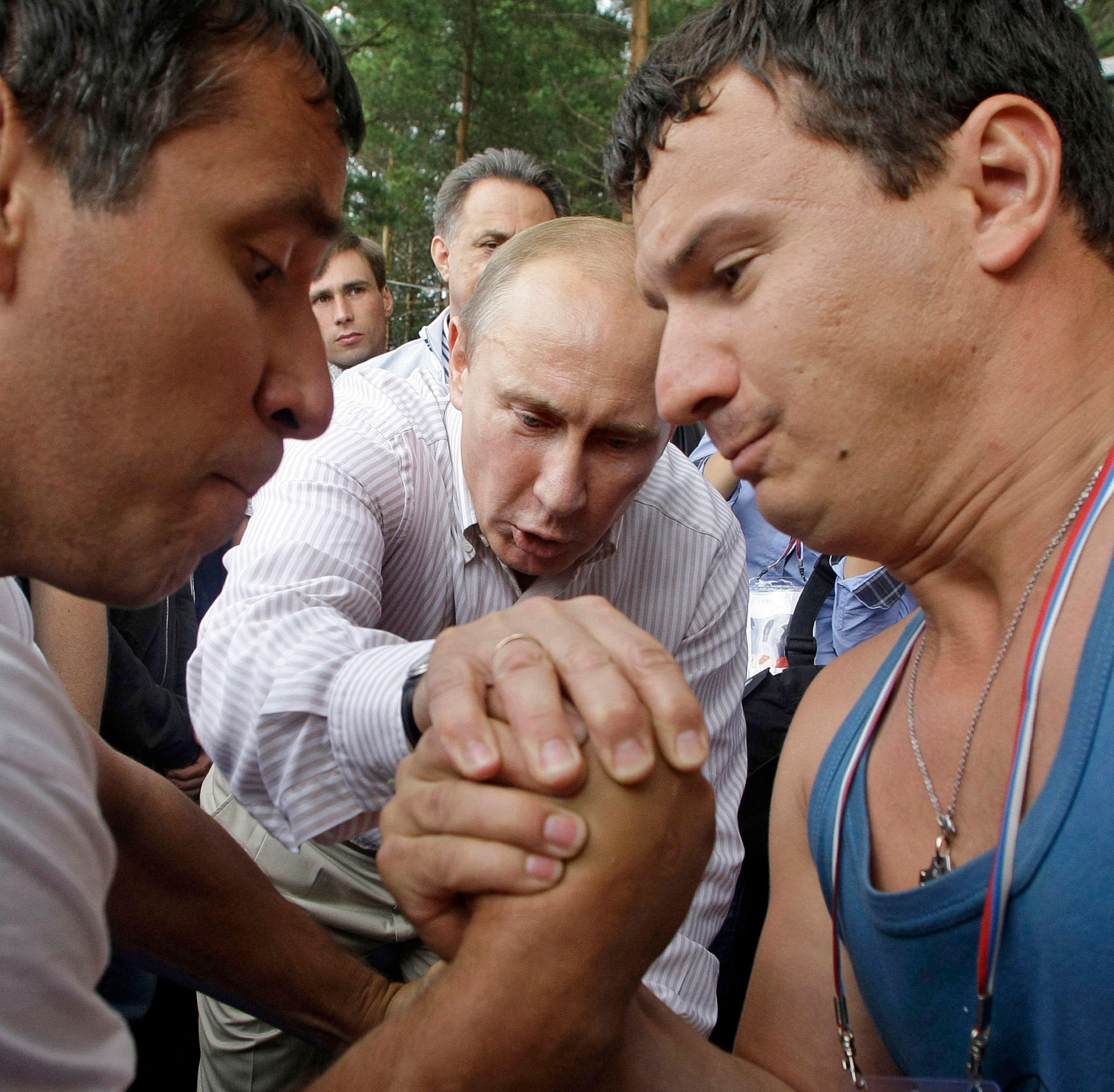 Le président russe Vladimir Poutine assiste à un match de bras de fer (photo d'illustration).