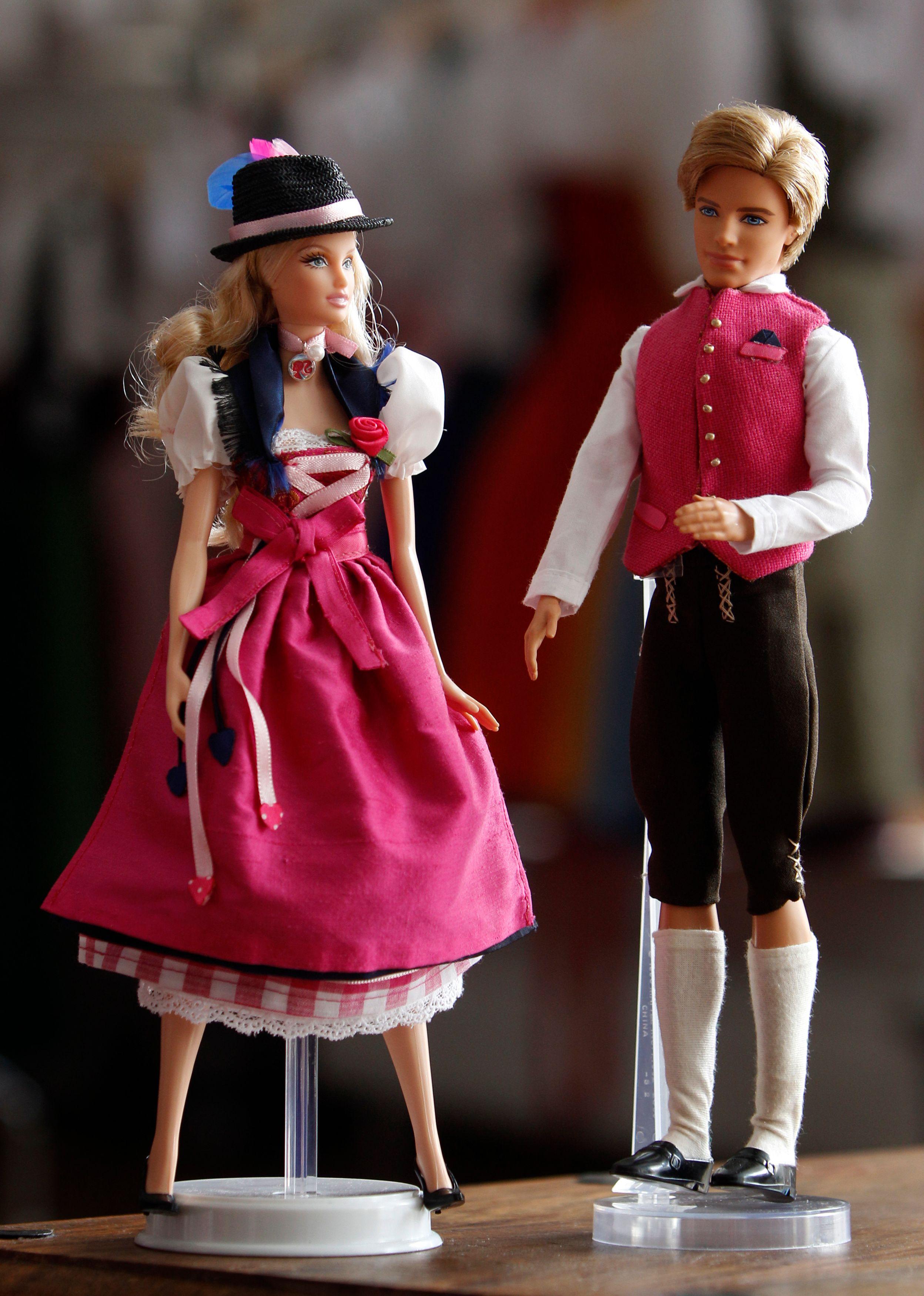 Les poupées Ken et Barbie.