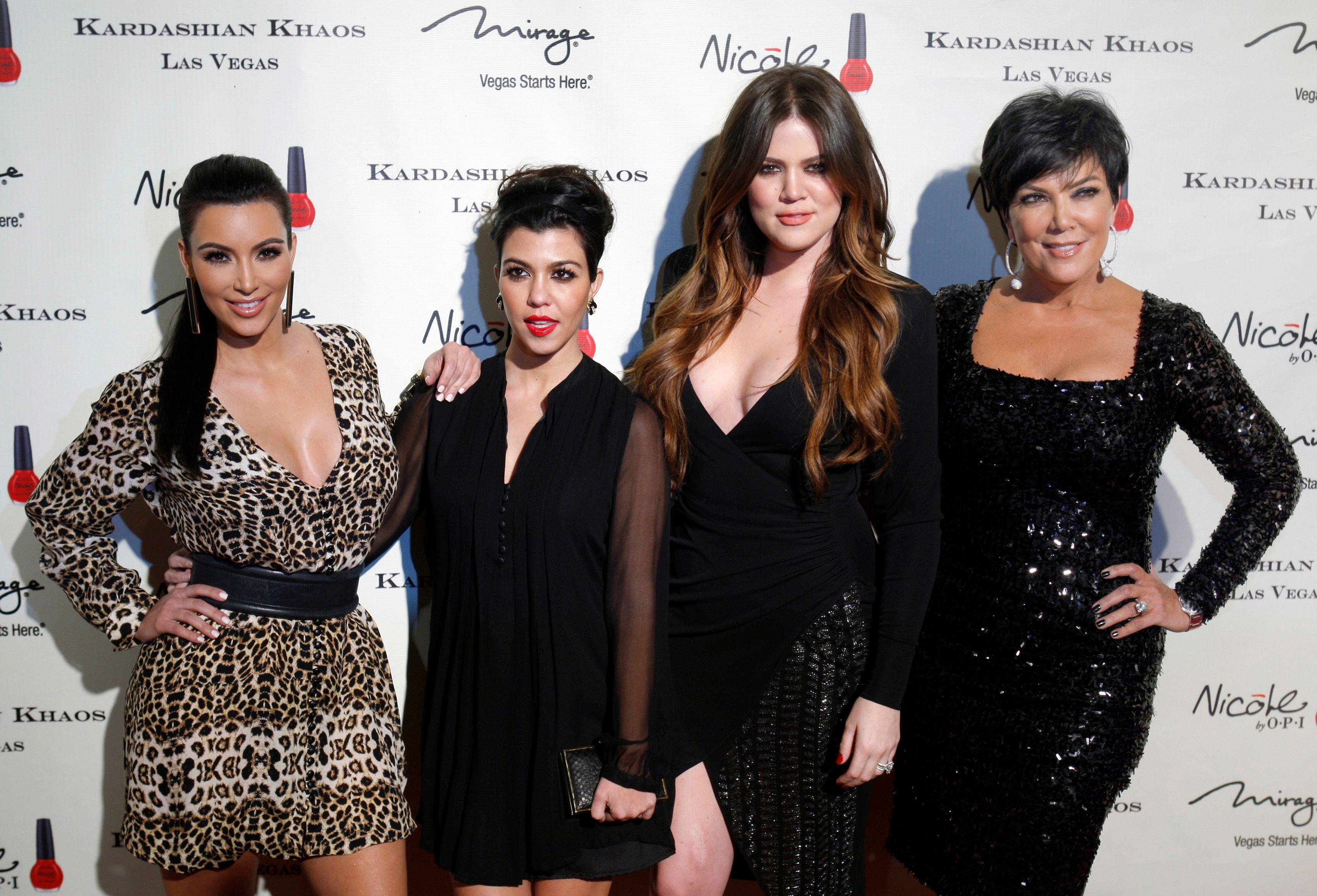 Khloé Kardashian (deuxième en partant de la droite) rencontre des difficultés pour avoir un bébé.