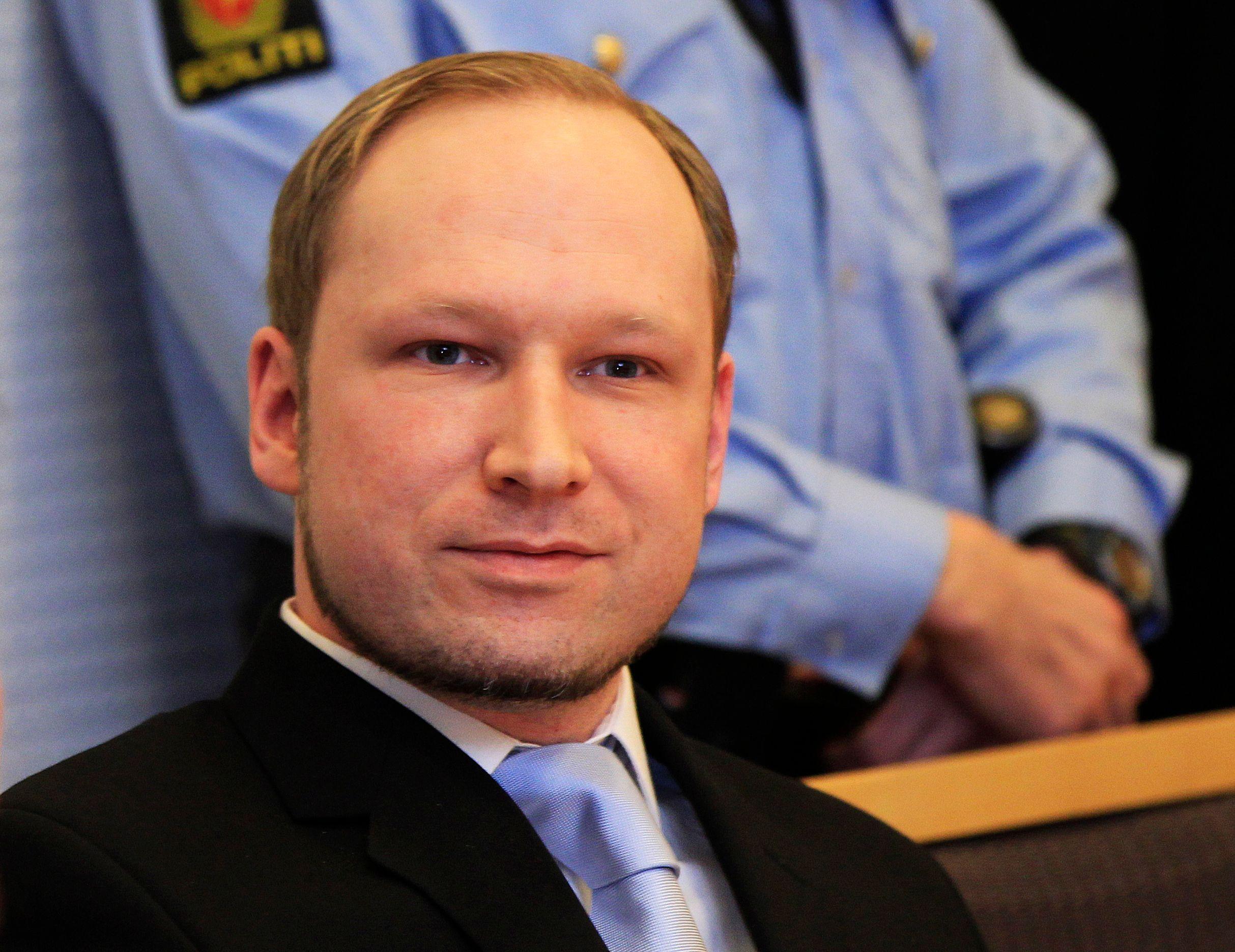 Condamné à vingt et un ans de prison, Breivik est isolé des autres détenus et ses contacts avec le monde extérieur sont étroitement surveillés.