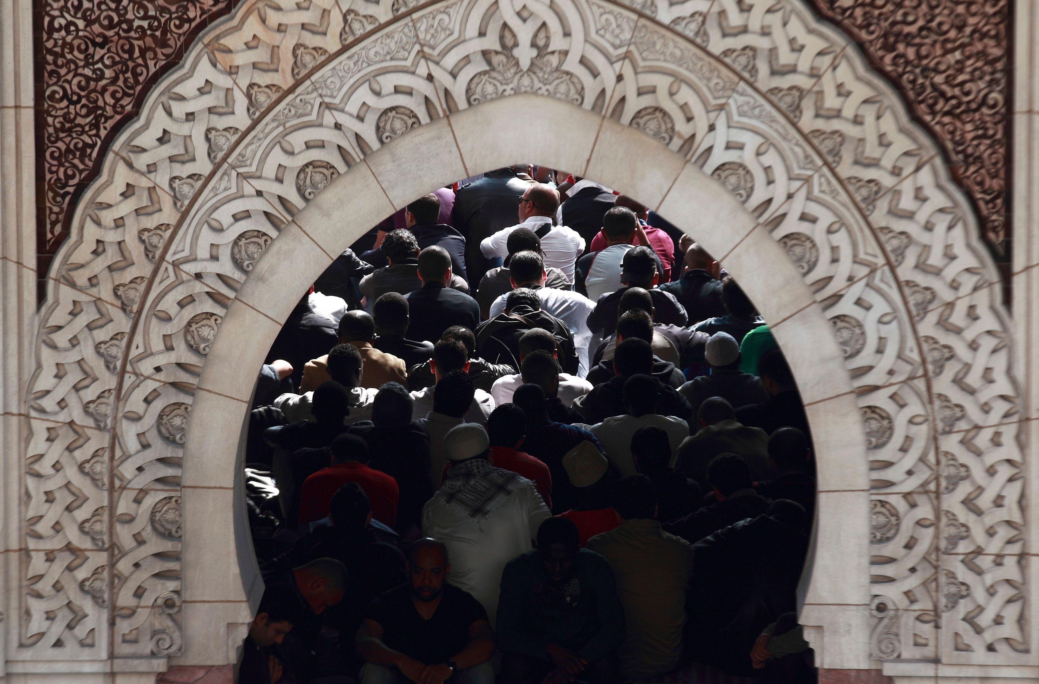 Créteil : Un homme tente de foncer sur la foule devant une mosquée
