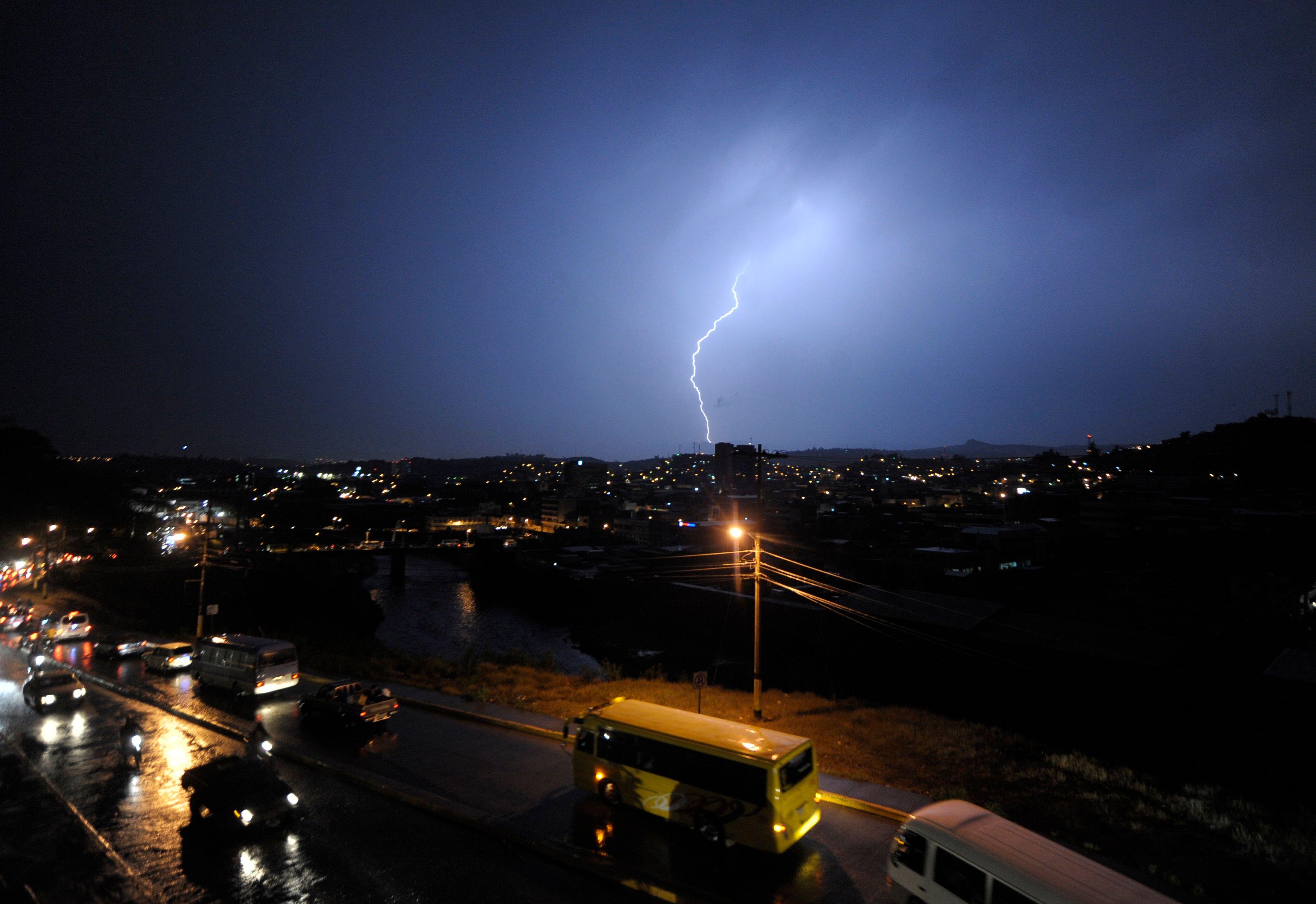 Orages : 120 000 foyers sans électricité, nouvelle alerte dans le sud
