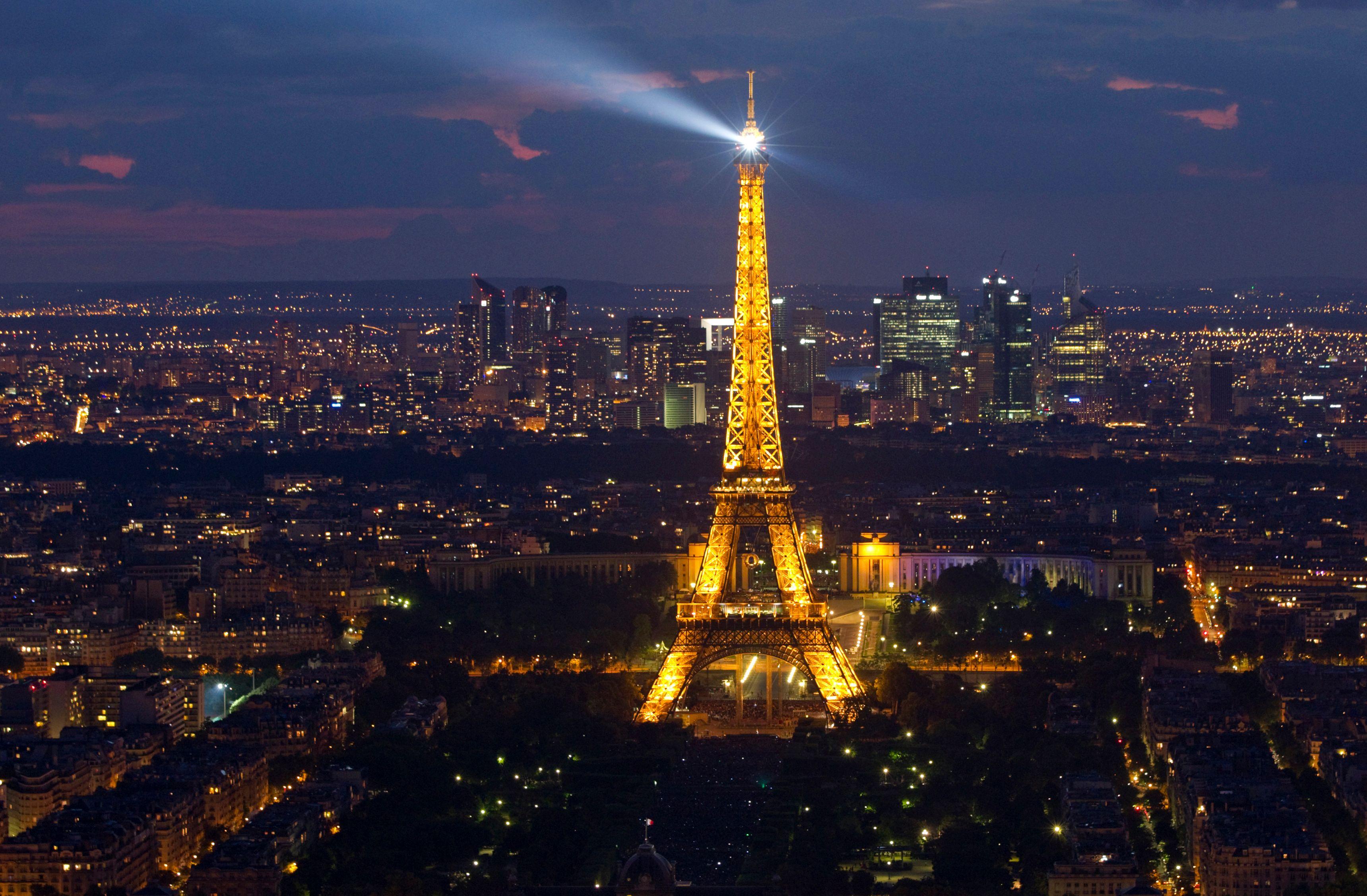 Le rappeur Youssoupha aimerait que l'on éteigne le phare de la tour Eiffel, qui l'empêche de dormir
