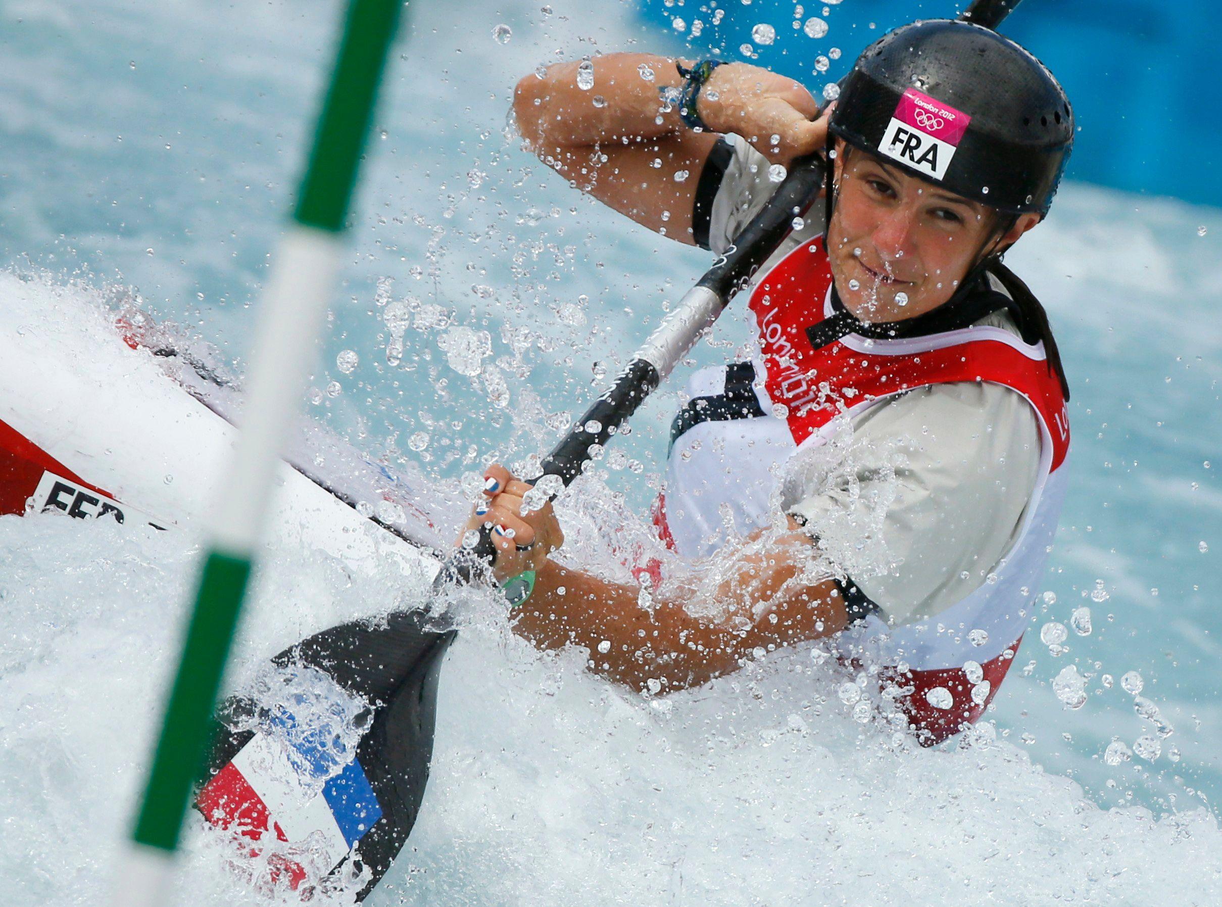 Emilie Fer décroche la médaille d'or de kayak dames de slalom.