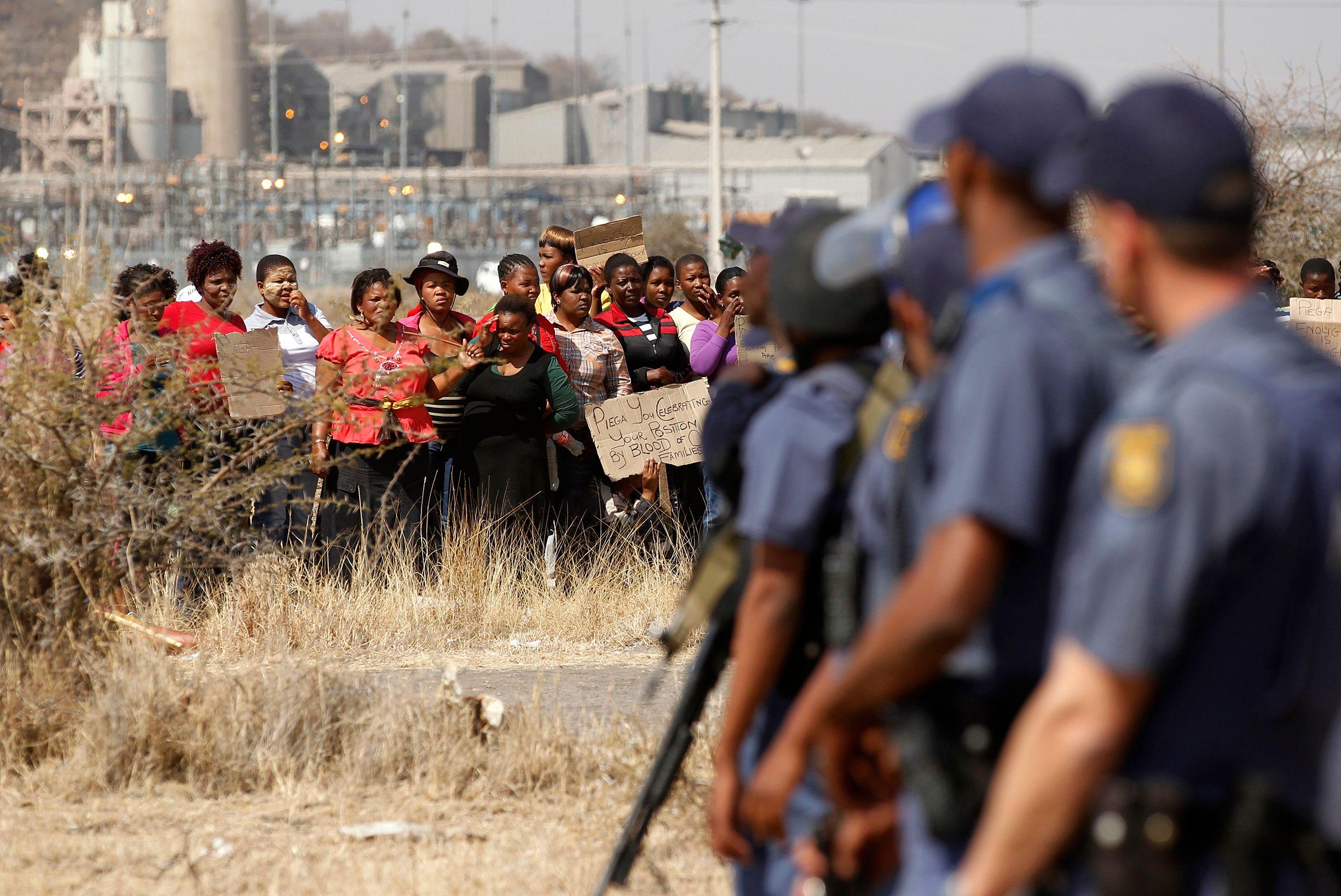 La police a ouvert le feu jeudi 16 août contre des grévistes armés de machettes, barres de fer et pour certains d'armes à feu, faisant 34 morts et 78 blessés.