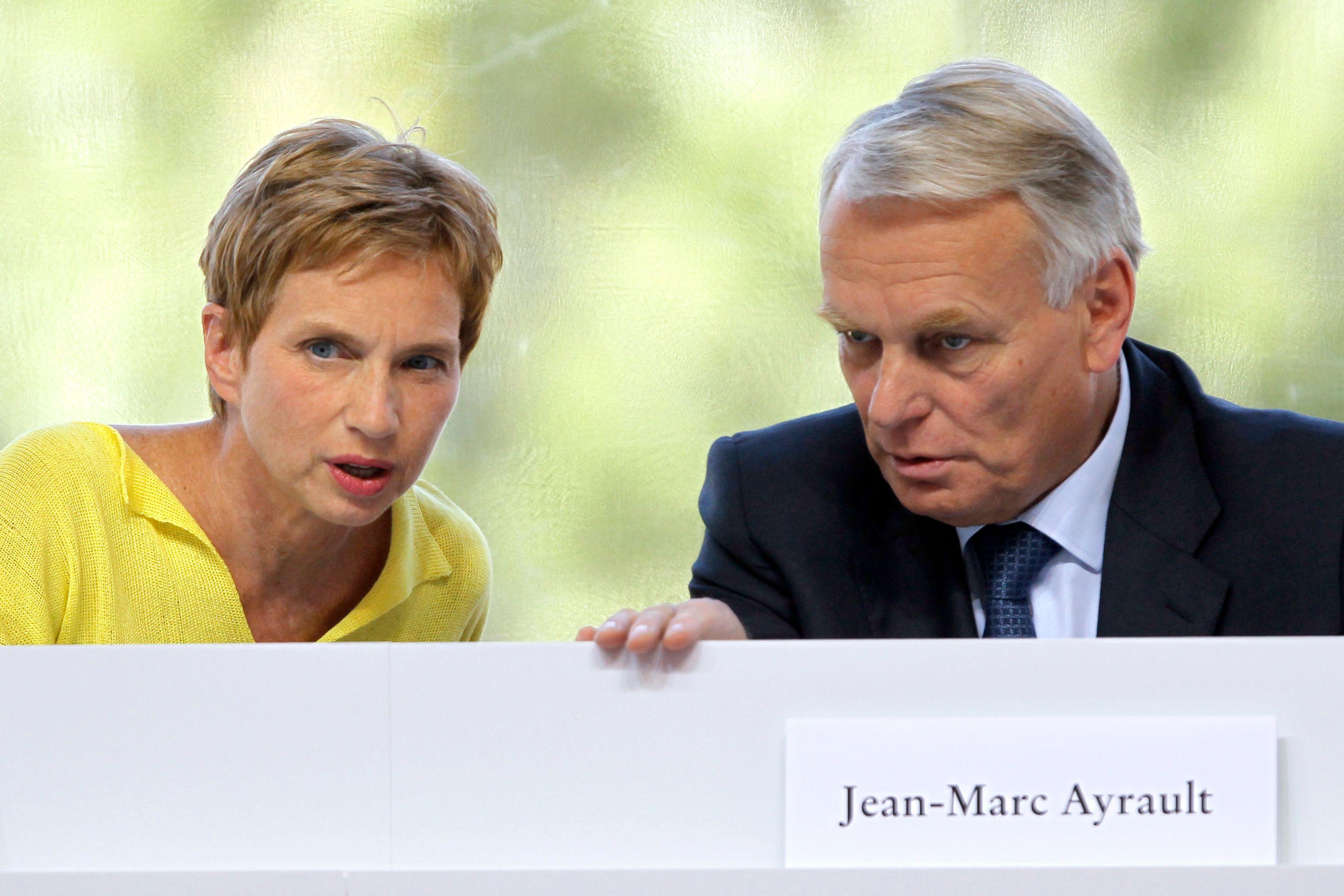 La présidente du Medef Laurence Parisot aux côtés de Jean-Marc Ayrault. En ouvrant mercredi l'université d'été du Medef, le Premier ministre a promis aux chefs d'entreprise de restaurer la compétitivité de l'économie française, mais sans donner de précisi