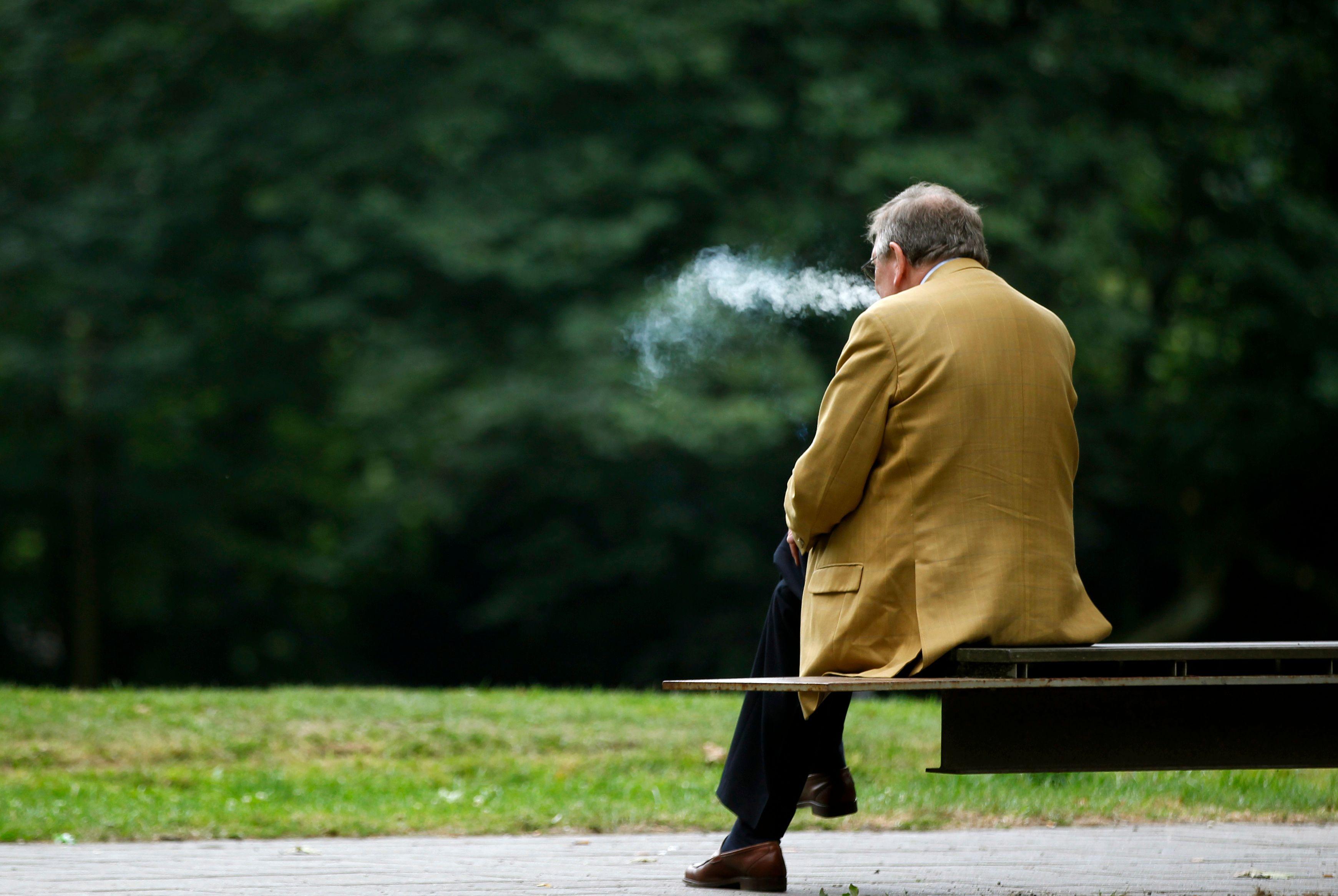 Voilà pourquoi les pauvres ont plus de difficultés à arrêter de fumer et ce que cela dit sur notre société