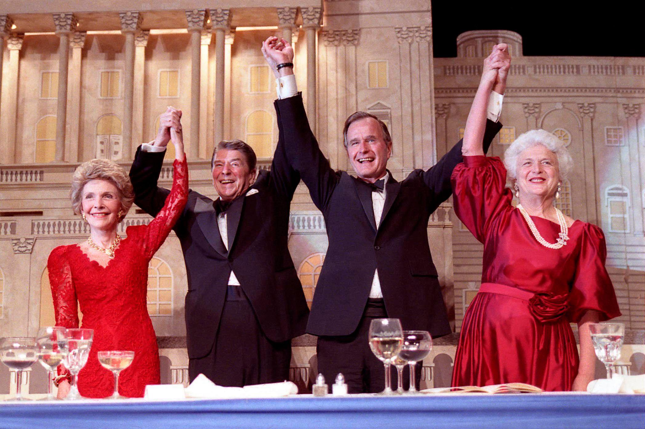 Le couple Reagan et le couple Bush en 1988.