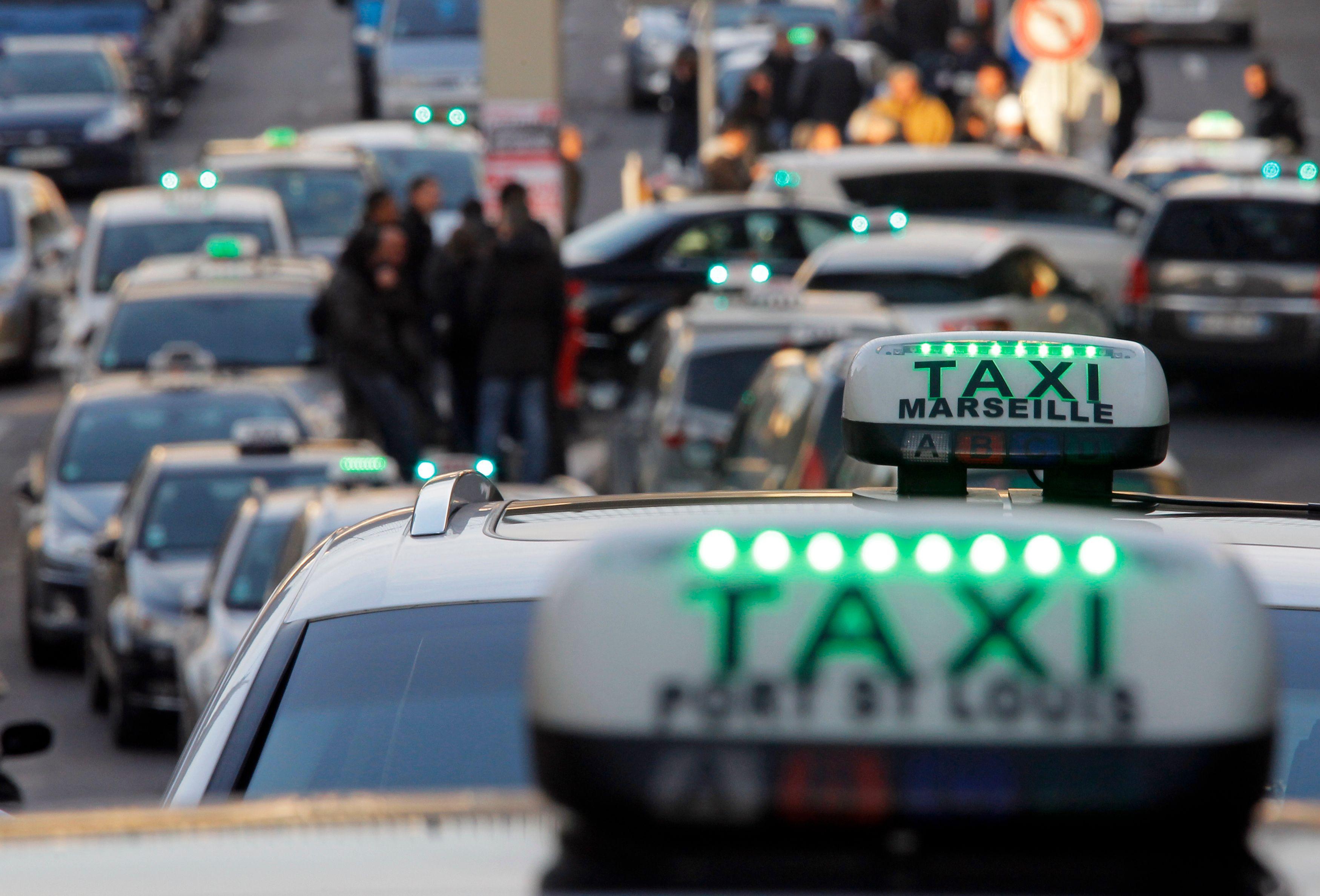 """Les taxis manifestent ce lundi contre la """"concurrence déloyale"""" des voitures avecchauffeur"""
