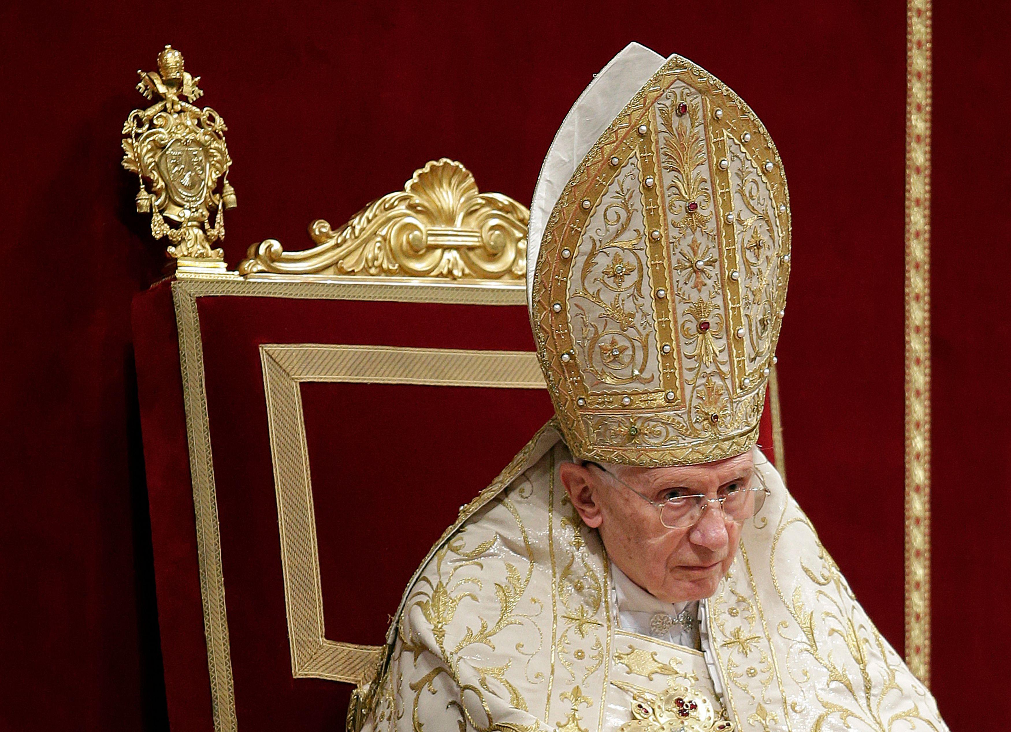 De nombreuses pressions internes à la Curie auraient poussé le pape Benoît XVI à se retirer.